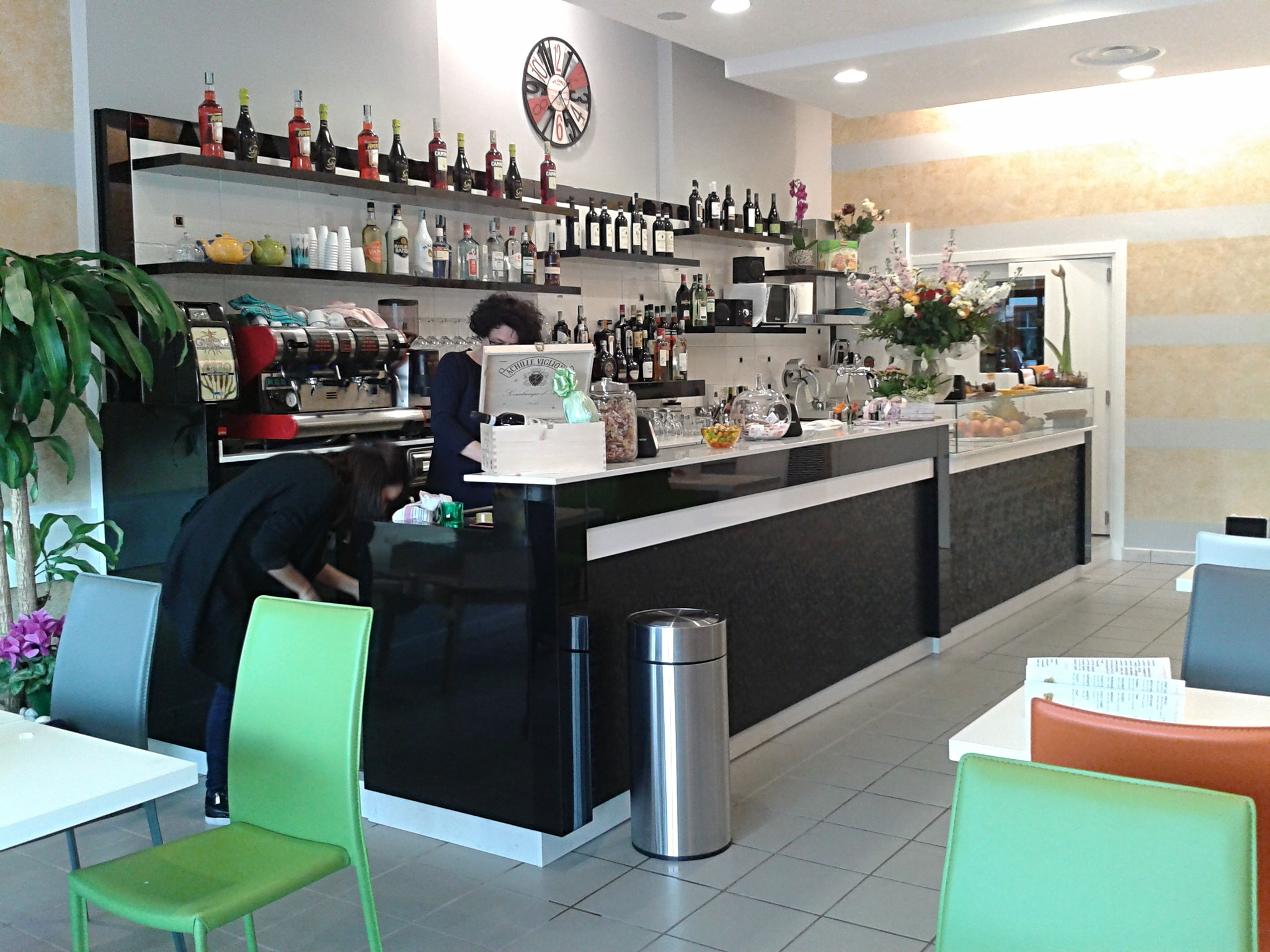 Banconi bar moderni for Arredamento bar usato milano