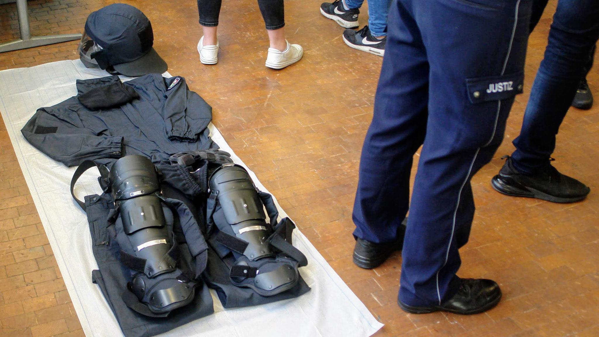 Schutzausrüstung eins Vollzugsbeamten