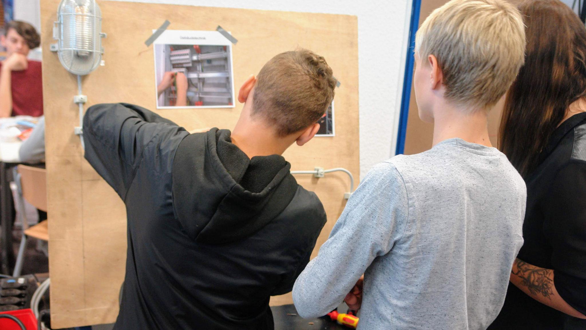 DHL - Elektrotechniker/-in für Betriebstechnik