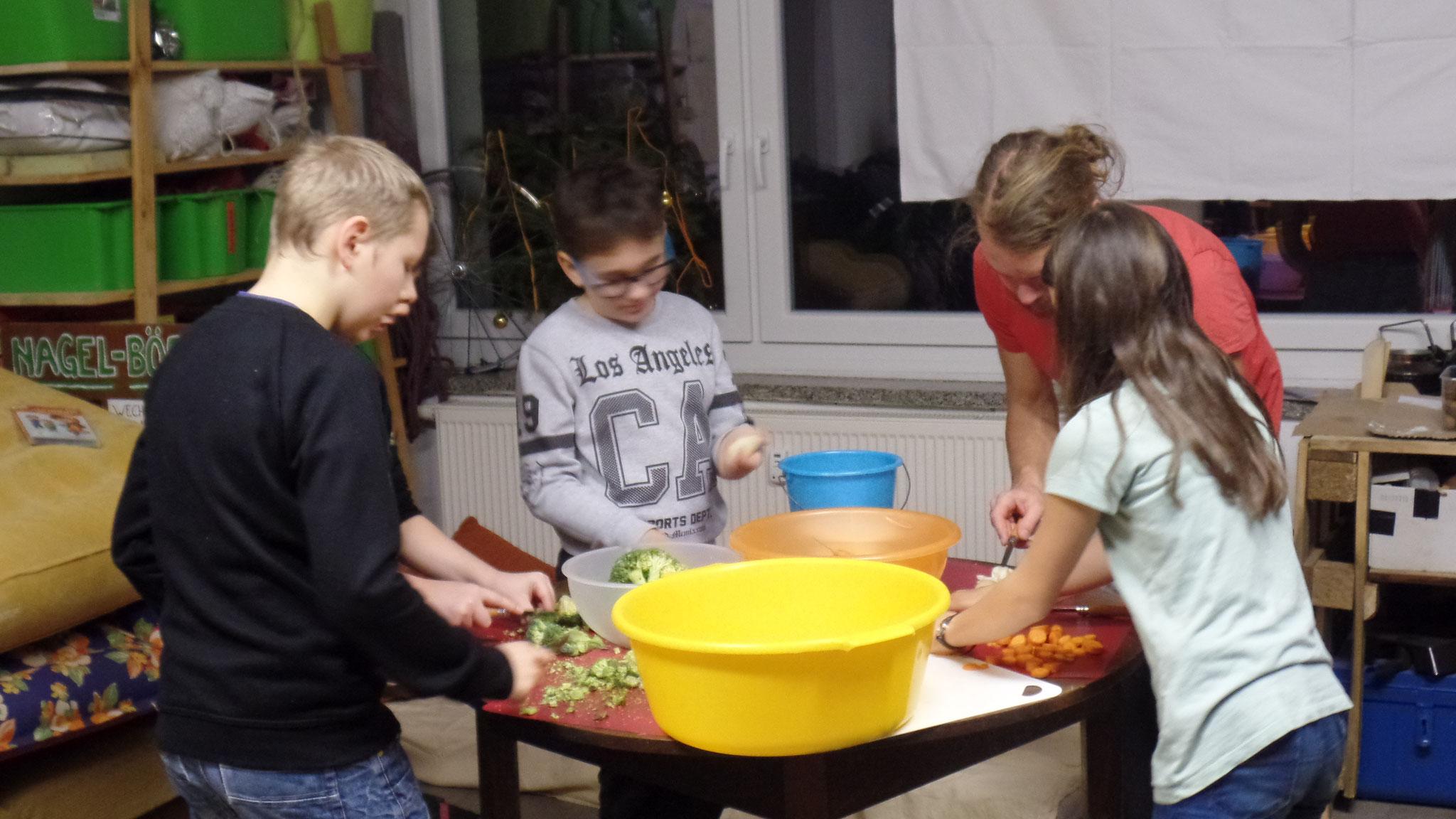 Auf Wunsch unserer lieben Kleinen sollte es dann Lasagne vom Lagerfeuer geben. Wer sich aber ein Essen wünscht, muss natürlich auch beim Schnippeln helfen.