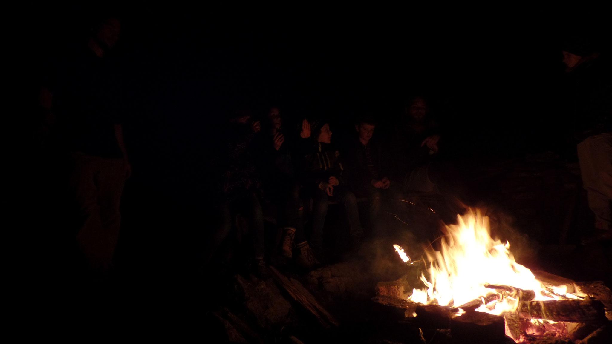 """Nach dem Essen haben wir es uns erst einmal am Lagerfeuer gemütlich gemacht und noch eine Runde """"Menschen und Zobies!"""" gespielt (eine Abwandlung vom bekannten Werwolf)."""