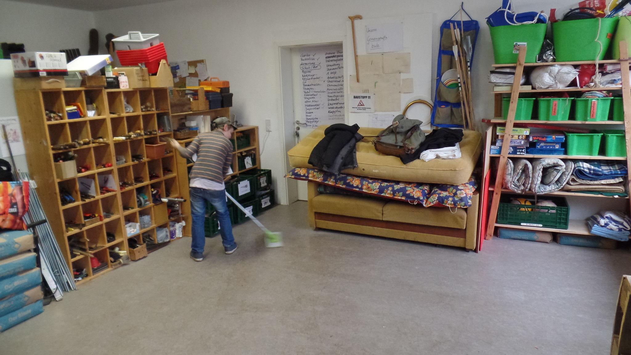 Bevor es losgehen konnte, haben wir unseren Raum erst einmal auf Vordermann gebracht. Maxi ist dabei mit gutem Beispiel voran gegangen!