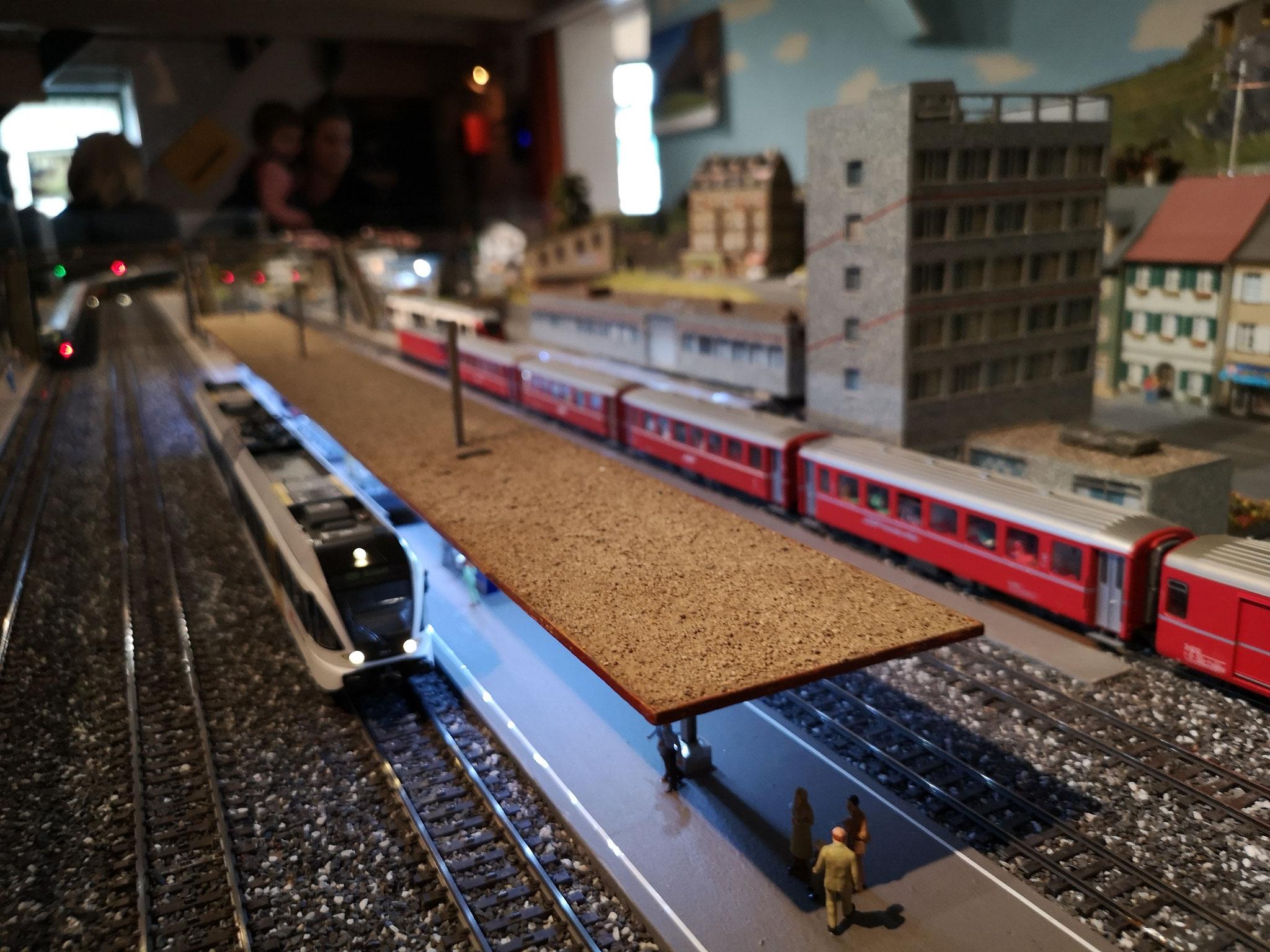 Bahnhof mit kalt - Neonweissen 285mm Stäben beleuchtet