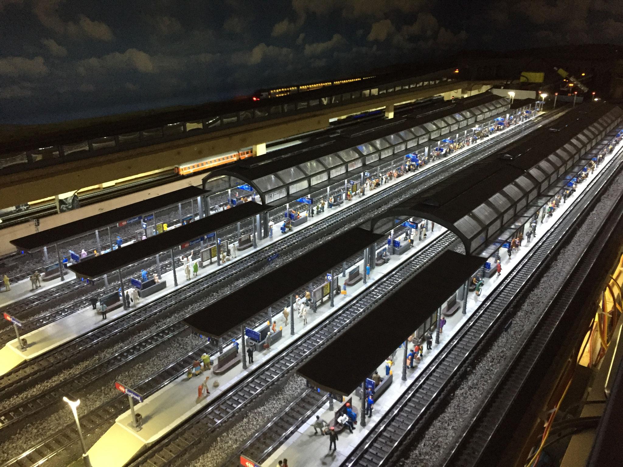 Bahnhofs Beleuchtung mit kaltweissen / neonweissen KELLTEC Stäben