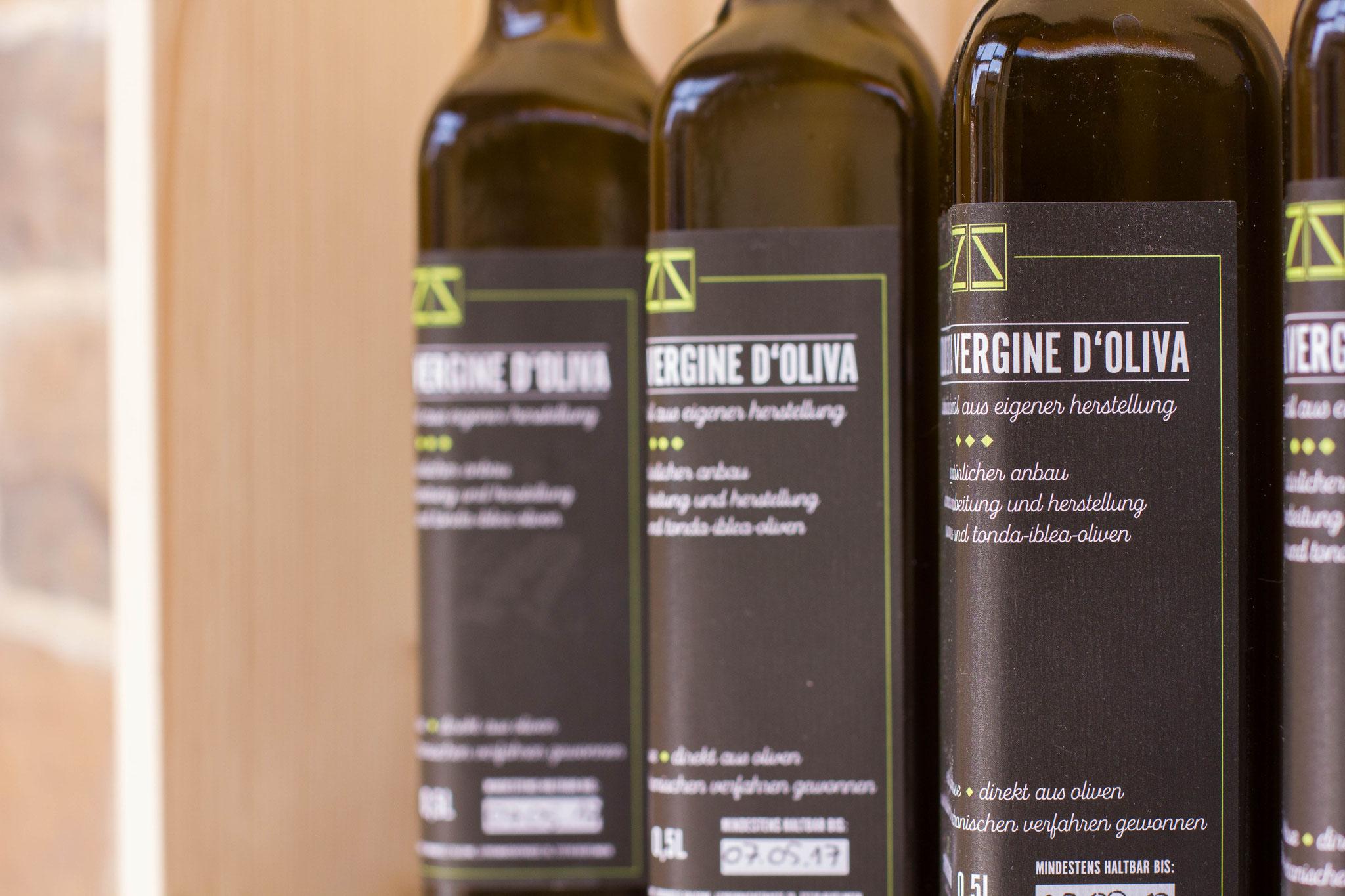 Unser eigenes Olivenöl, die Bäume befinden sich in den Monte Iblei auf Sizilien- ganz natürlich und ohne Hilfsmittel und Zusätze hergestellt in Handarbeit