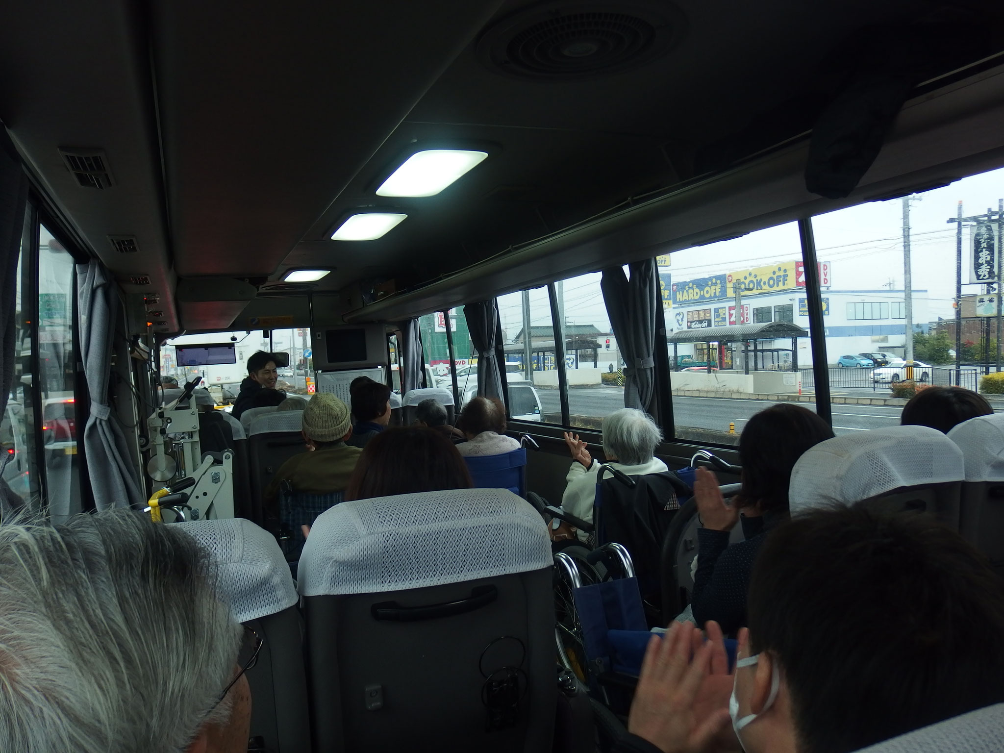 バス内は歌謡曲が流れイイ感じ~♪
