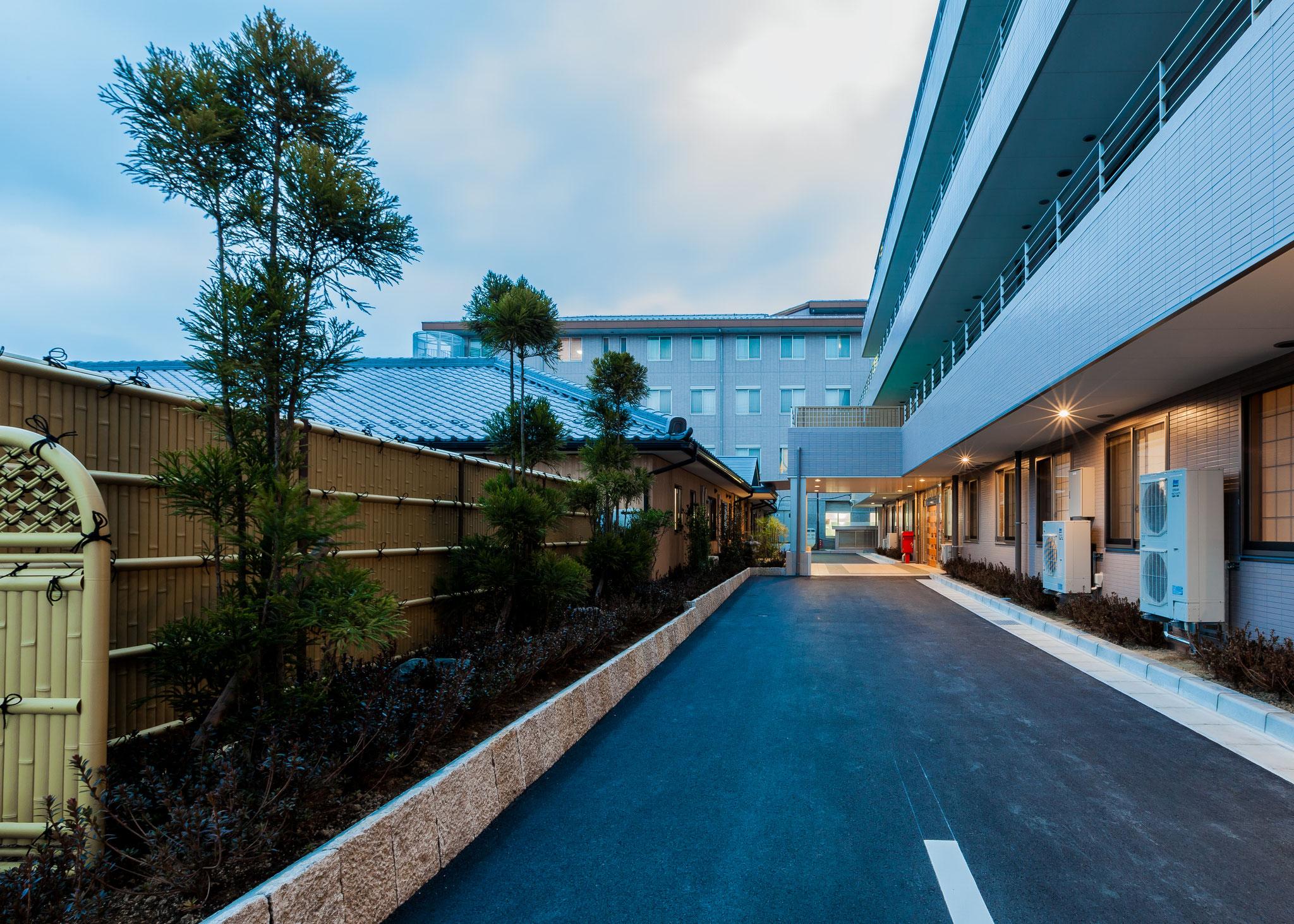 玄関前施設(右:サンヴェール三城、左:グループホーム三城)