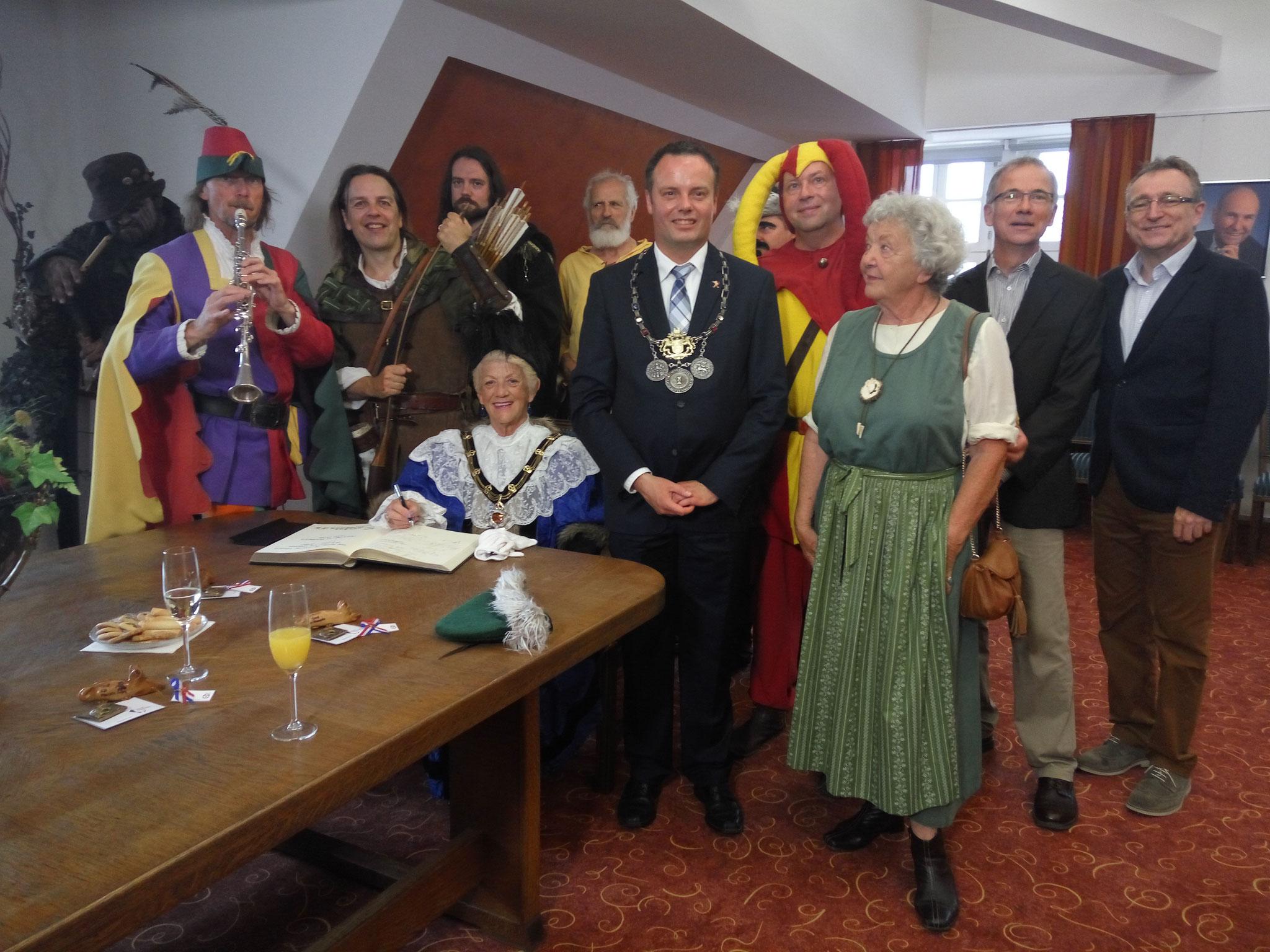 Märchenhaftes Gruppenbild mit Oberbürgermeister