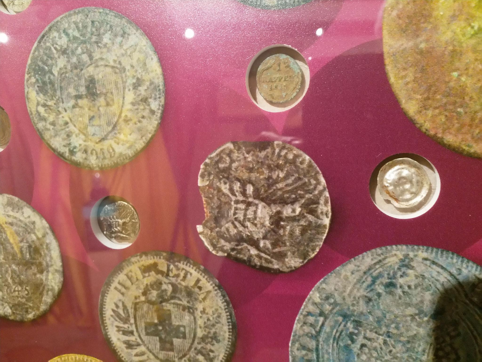 Münzen aus der Zeit der Kelten und Römer über das Mittelalter bis zur Neuzeit lagen verborgen. Batzen, Rappen, Schilling Denar dokumentieren die Zeitepochen der Brünigpassagen.