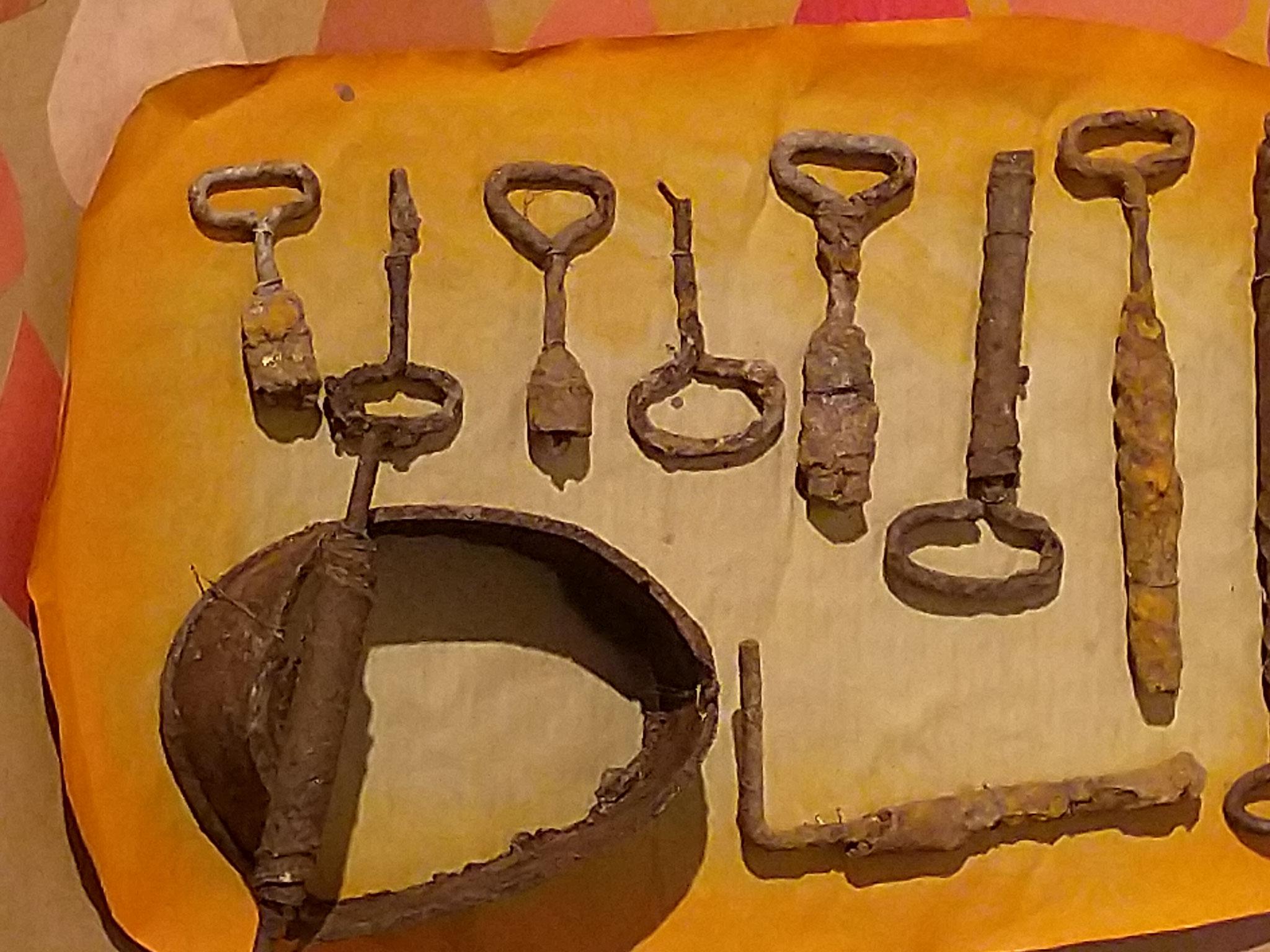 Bei den Grabungen wurden nicht nur archäologisch bedeutende Gegenstände gefunden, auch Büchsen, deren Öffner und andere blecherne Utensilien wurden dem Erdreich entnommen.
