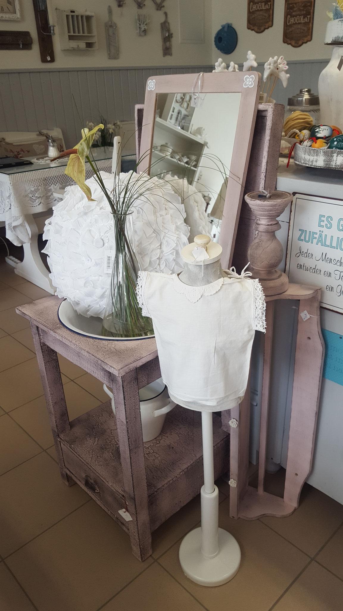 Dekorationsartikel wie Kleiderpuppen und Vasen