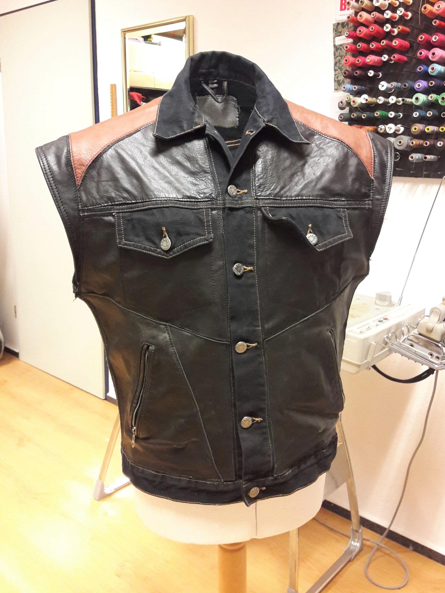 Kutte aus Jeans bestückt mit alter Lederjacke
