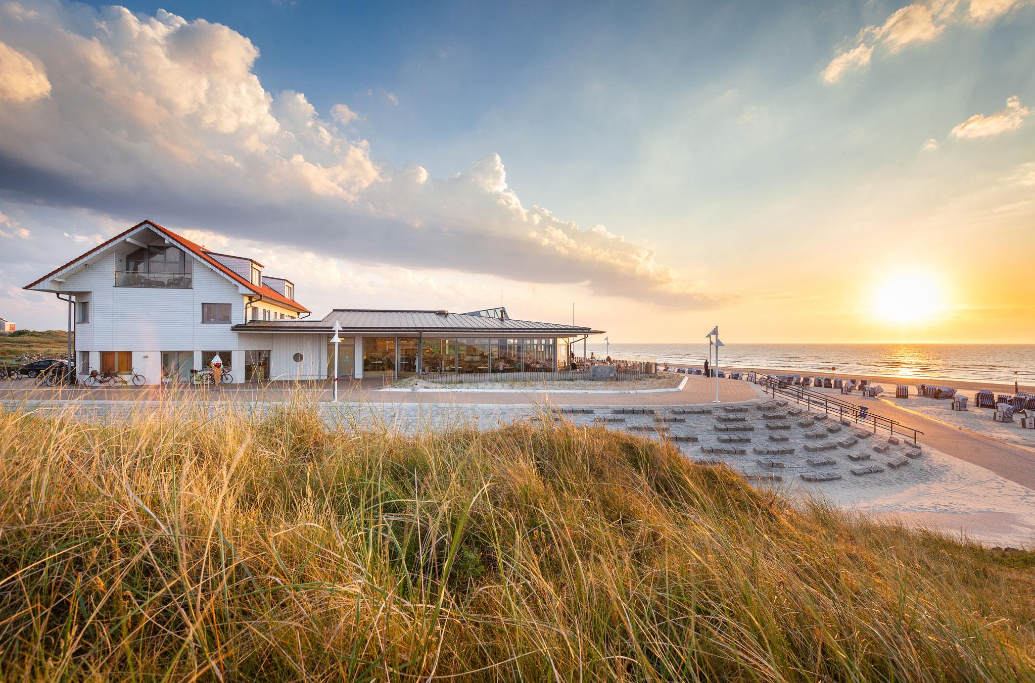 Außenansicht Haus Cornelius in erster Reihe am Strand