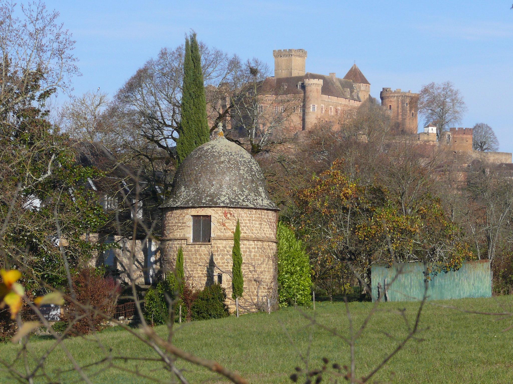 Belle vue sur le château de Castelnau depuis le village de Malbec
