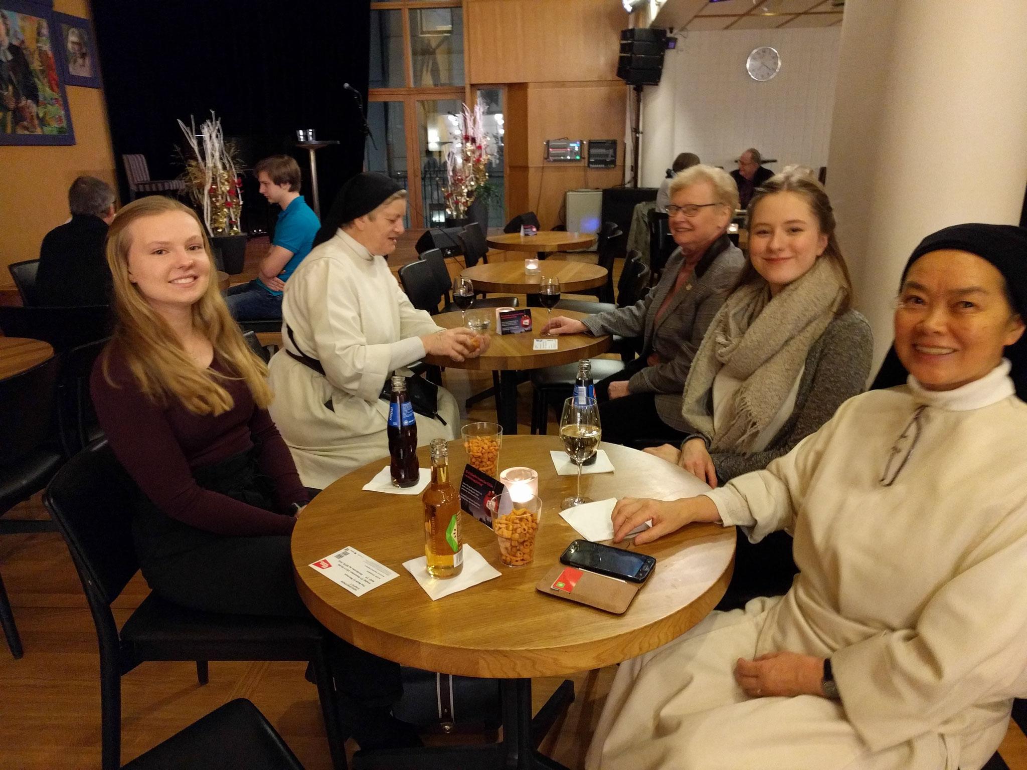 Tabea und Charlotte bei einem Theaterbesuch mit den Schwestern