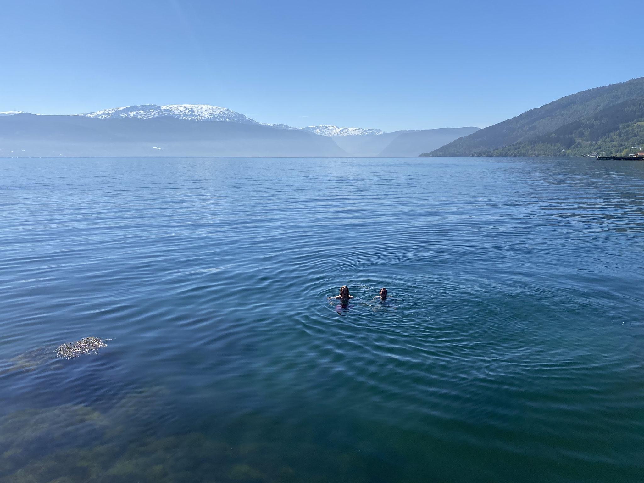 Jonas und Tim beim Schwimmen im Sognefjord bei 7 Grad (!) Wassertemperatur