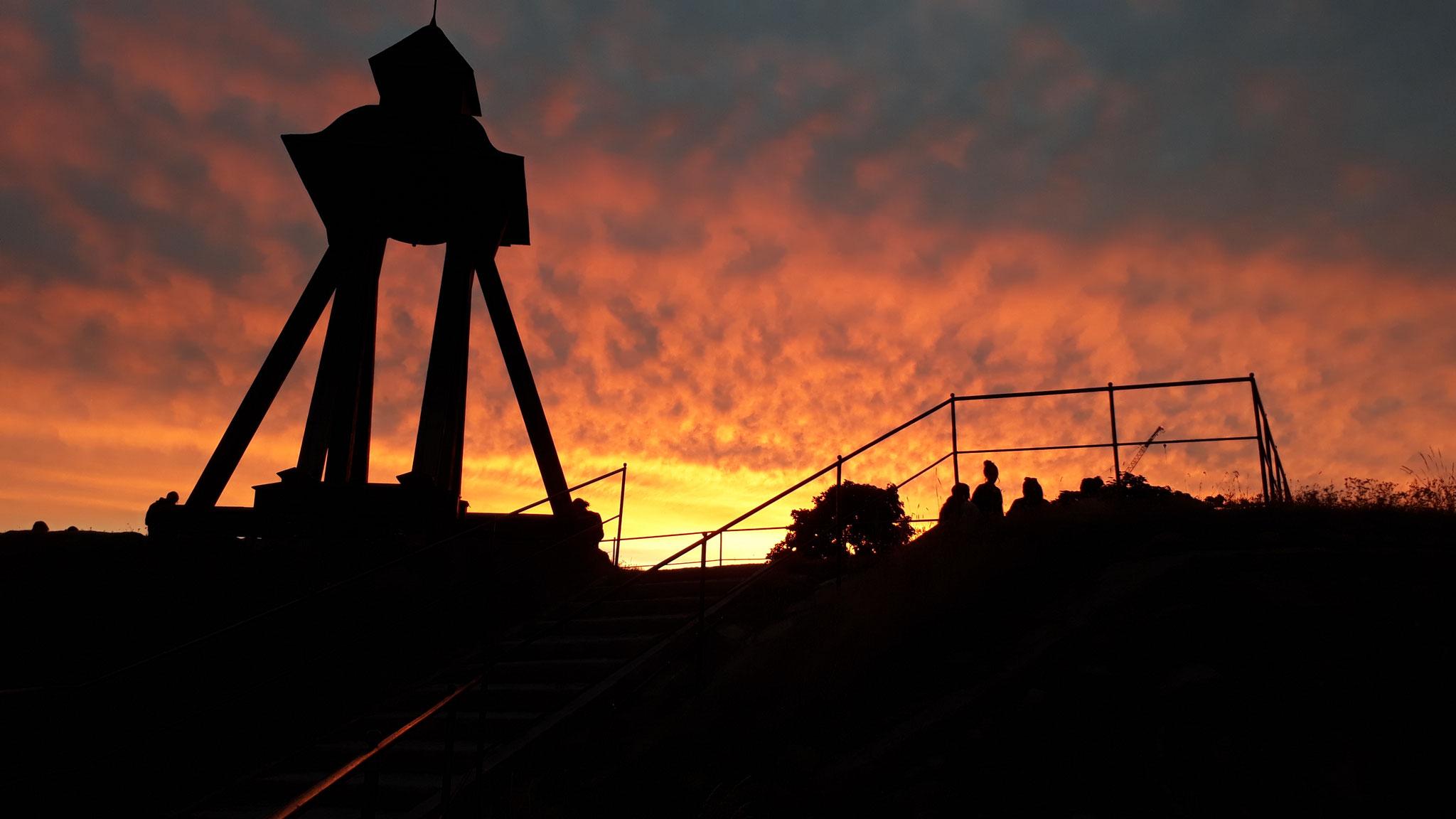 Blick auf die Gunialla-Glocke in Uppsala bei Sonnenuntergang