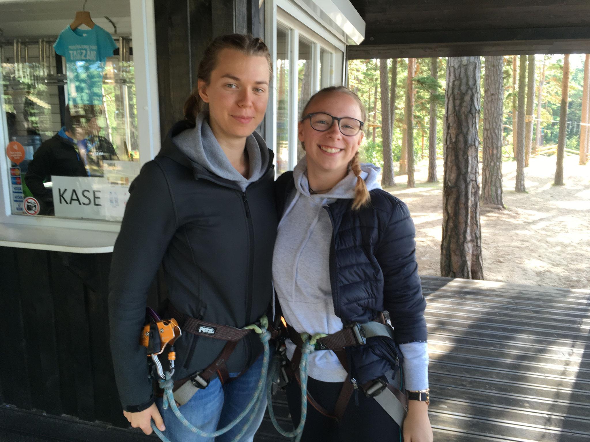 Greta und Josephine im Kletterpark