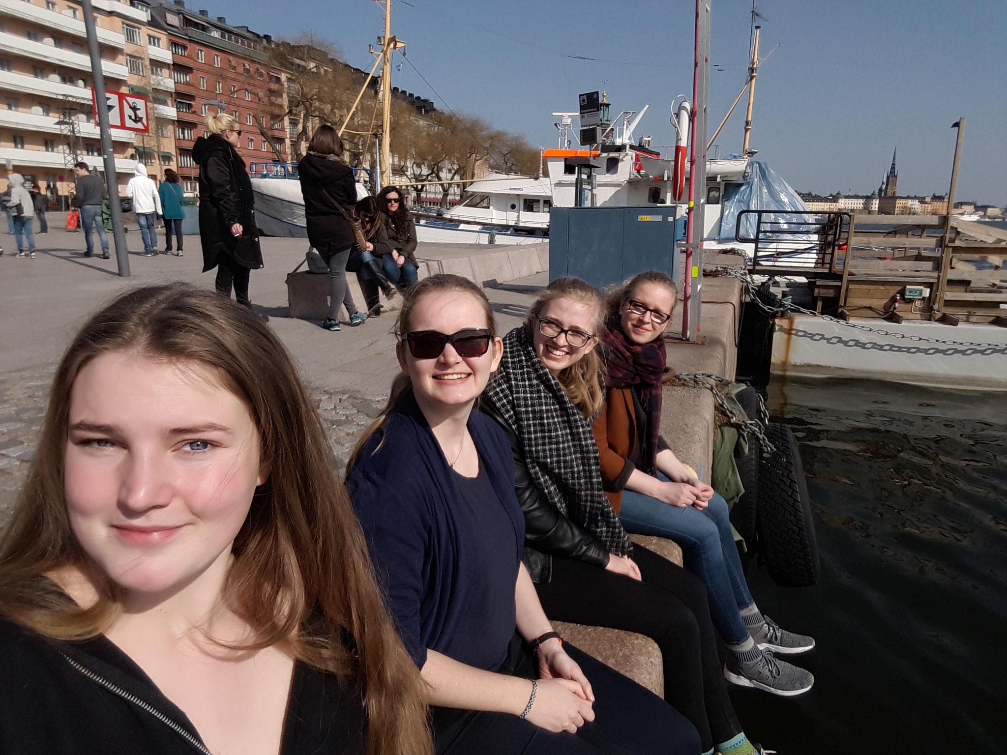 Sonne genießen in Stockholm: Corona Widmayer, Maria Korten, Magdalena Kollbeck und Stephanie Jarvers