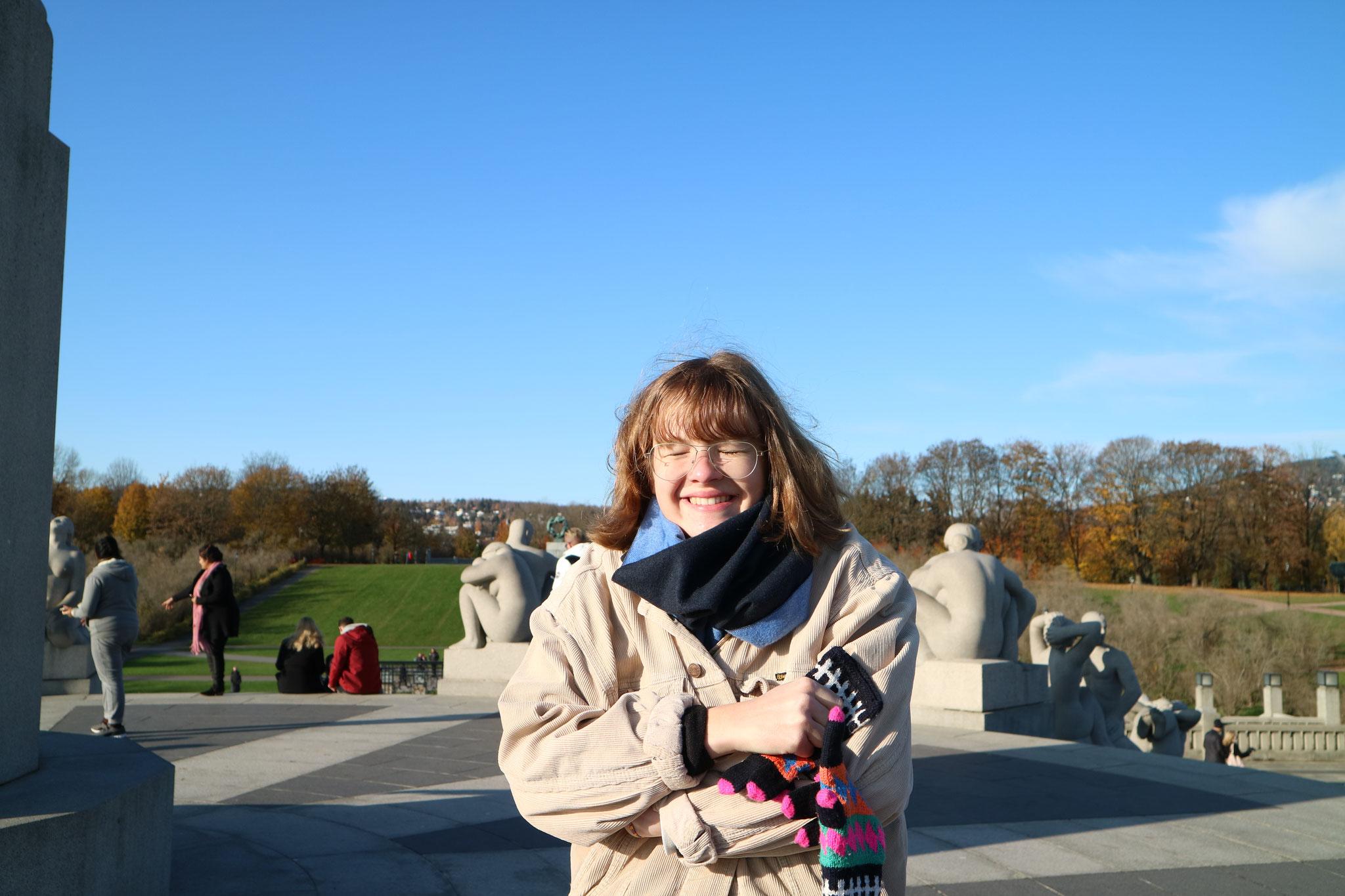 Claire im Vigelandsparken, einer unserer Lieblingsplätze in Oslo