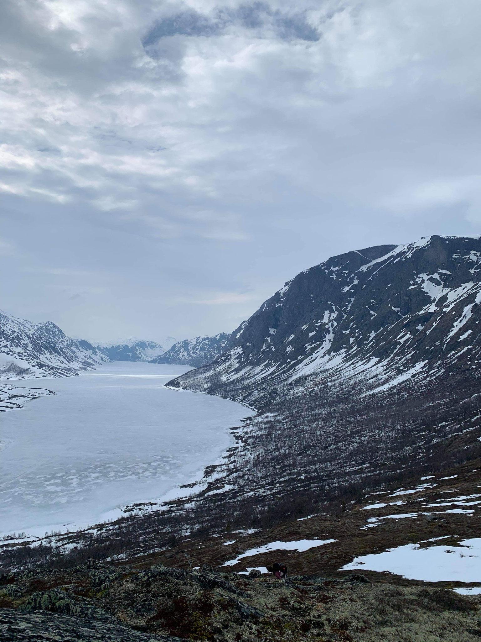 Blick auf den Gjendesee aus dem Gebirge