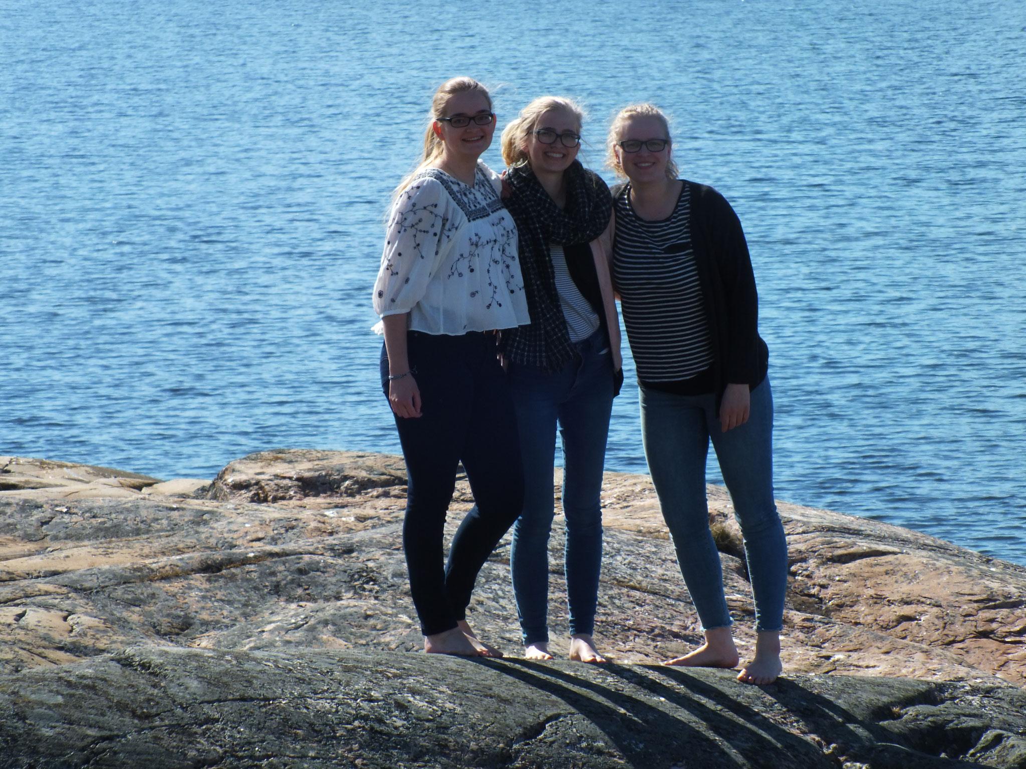 Maria Korten, Magdalena Kollbeck und Stephanie Jarvers bei einem Ausflug in Öregrund
