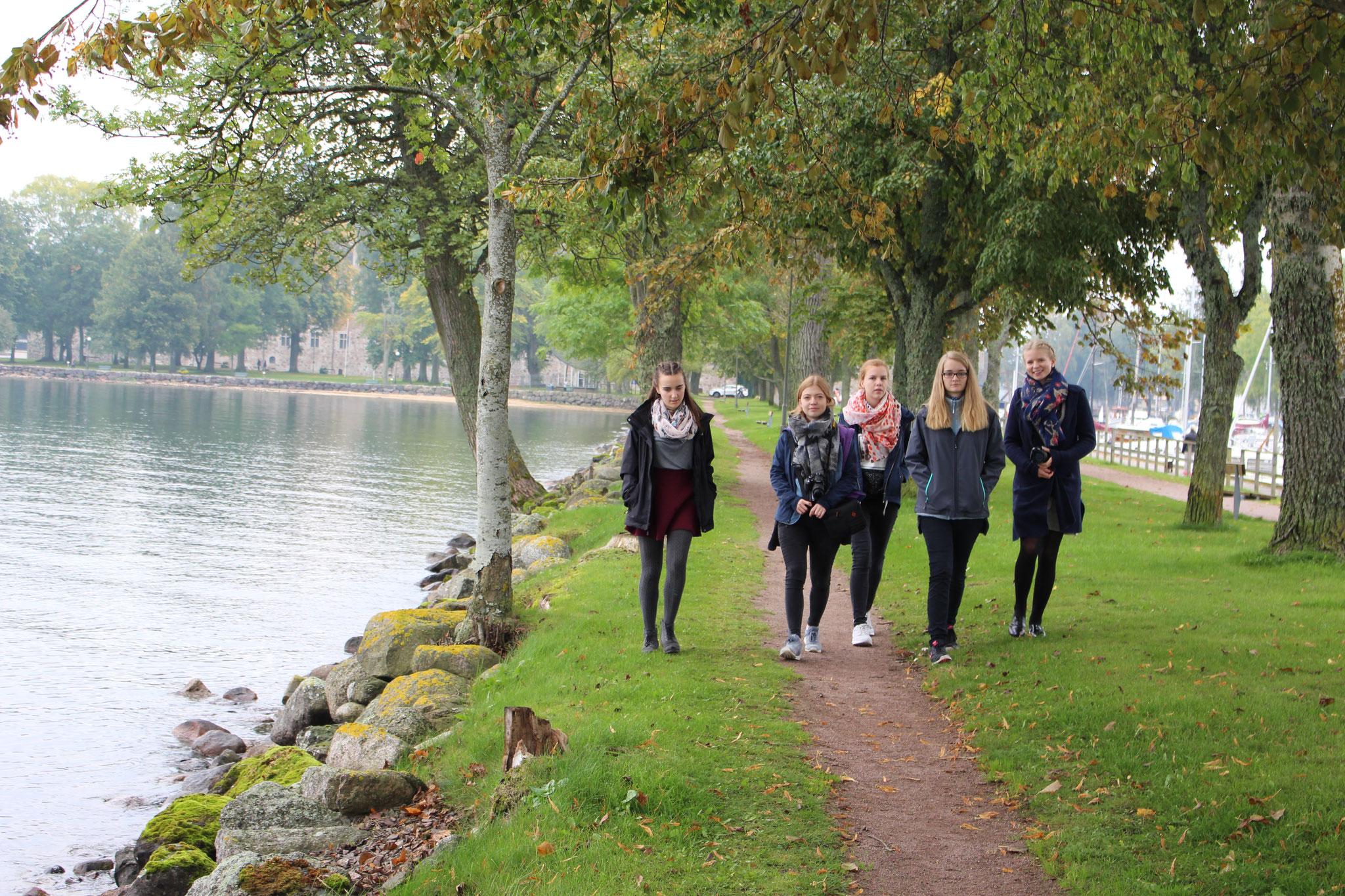 Entspannen nach dem Fernsehgottesdienst: Lioba Dietz, Pia Wittek, Lena Puscher, Maria Korten und Elisabeth Schwake genießen die Ruhe am Vätternsee