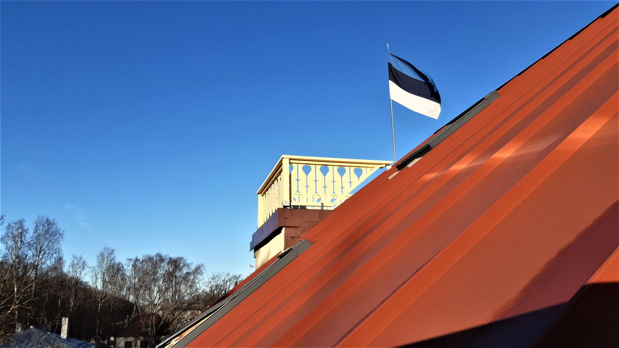 Auf dem Dach des Schulgebäudes weht die Fahne zu jeder Zeit.