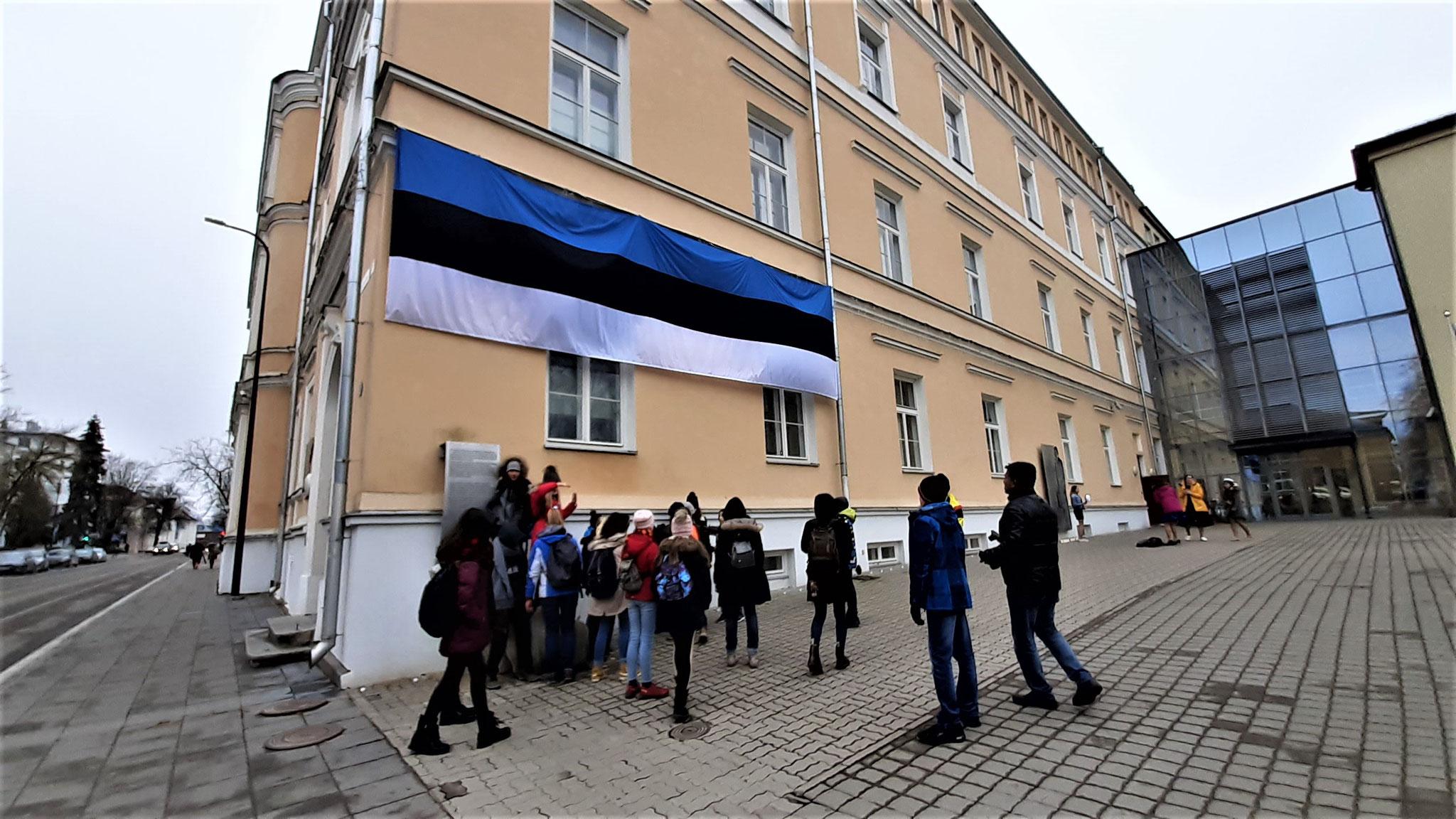 Die Flagge kann nicht groß genug sein bei 100 Jahren vertraglich unterzeichnetem Frieden.