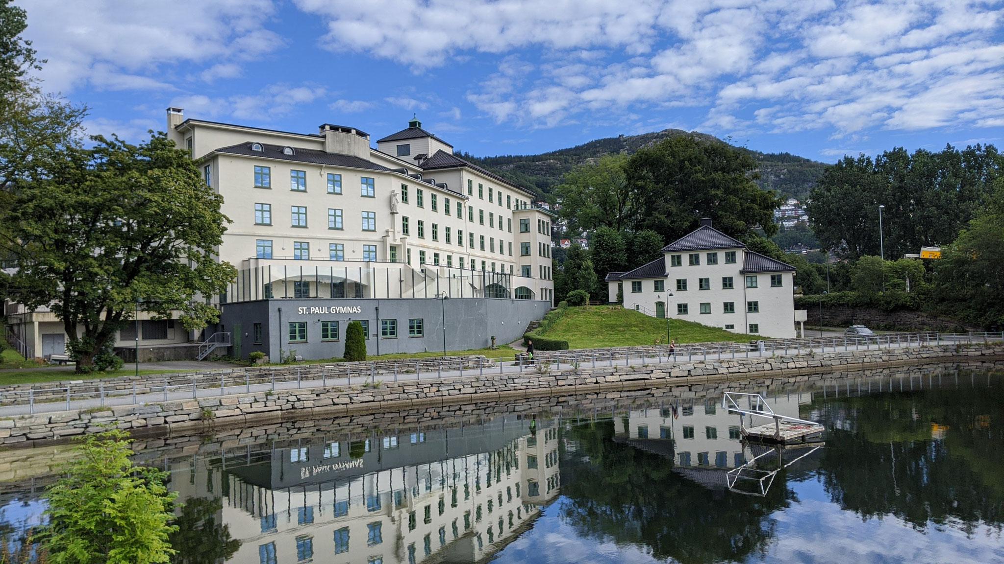 Pauls täglicher Arbeitsplatz: Das St. Paul Gymnasium liegt im Zentrum von Bergen und ist fußläufig vom Kloster entfernt