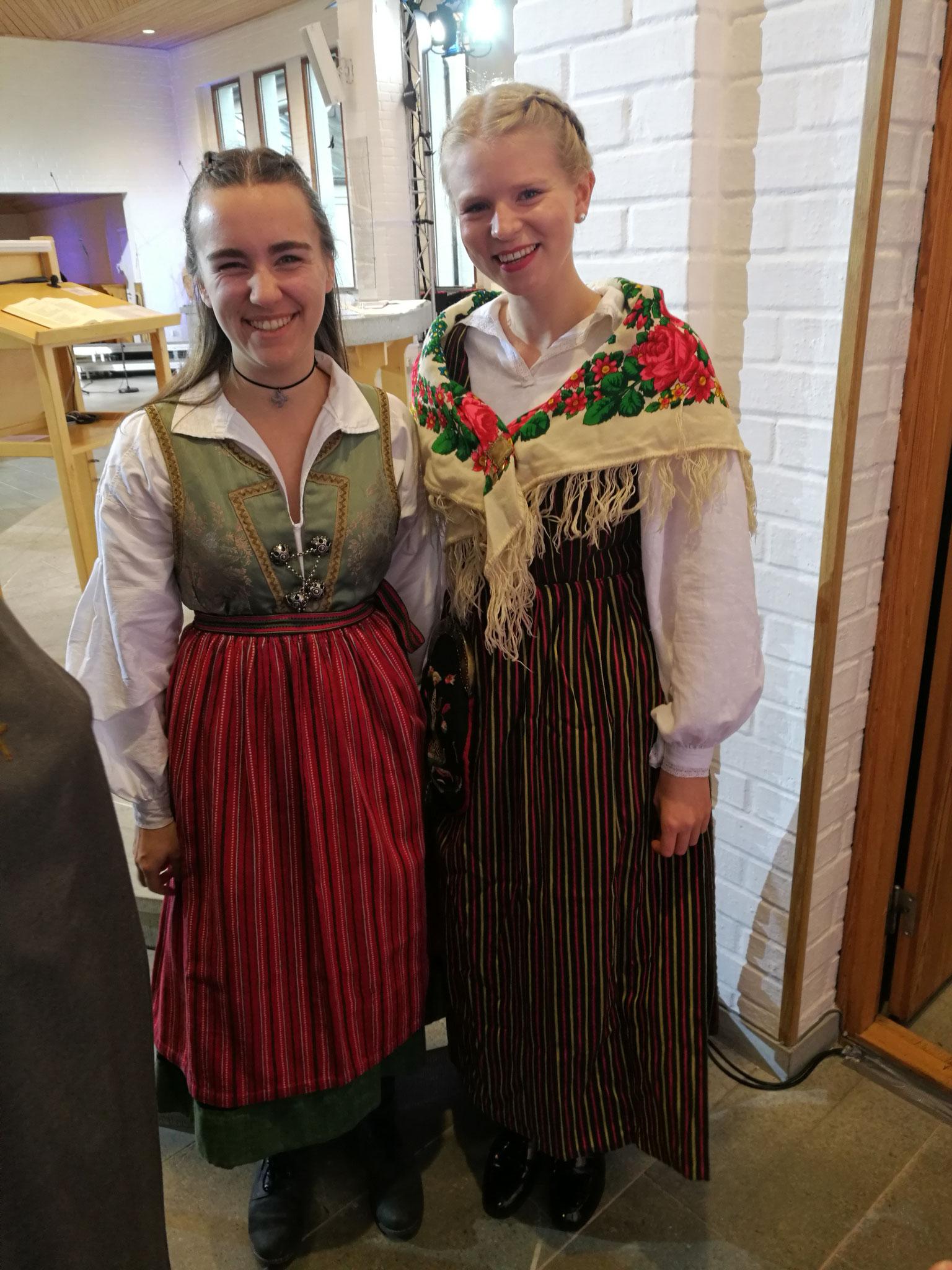 Lioba Dietz und Elisabeth Schwake in schwedischen Trachten