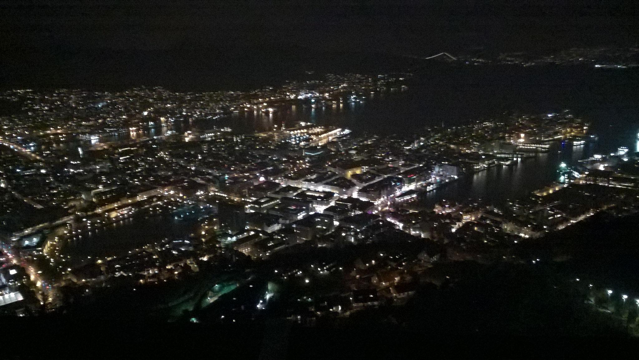 Blick auf Bergen bei Nacht