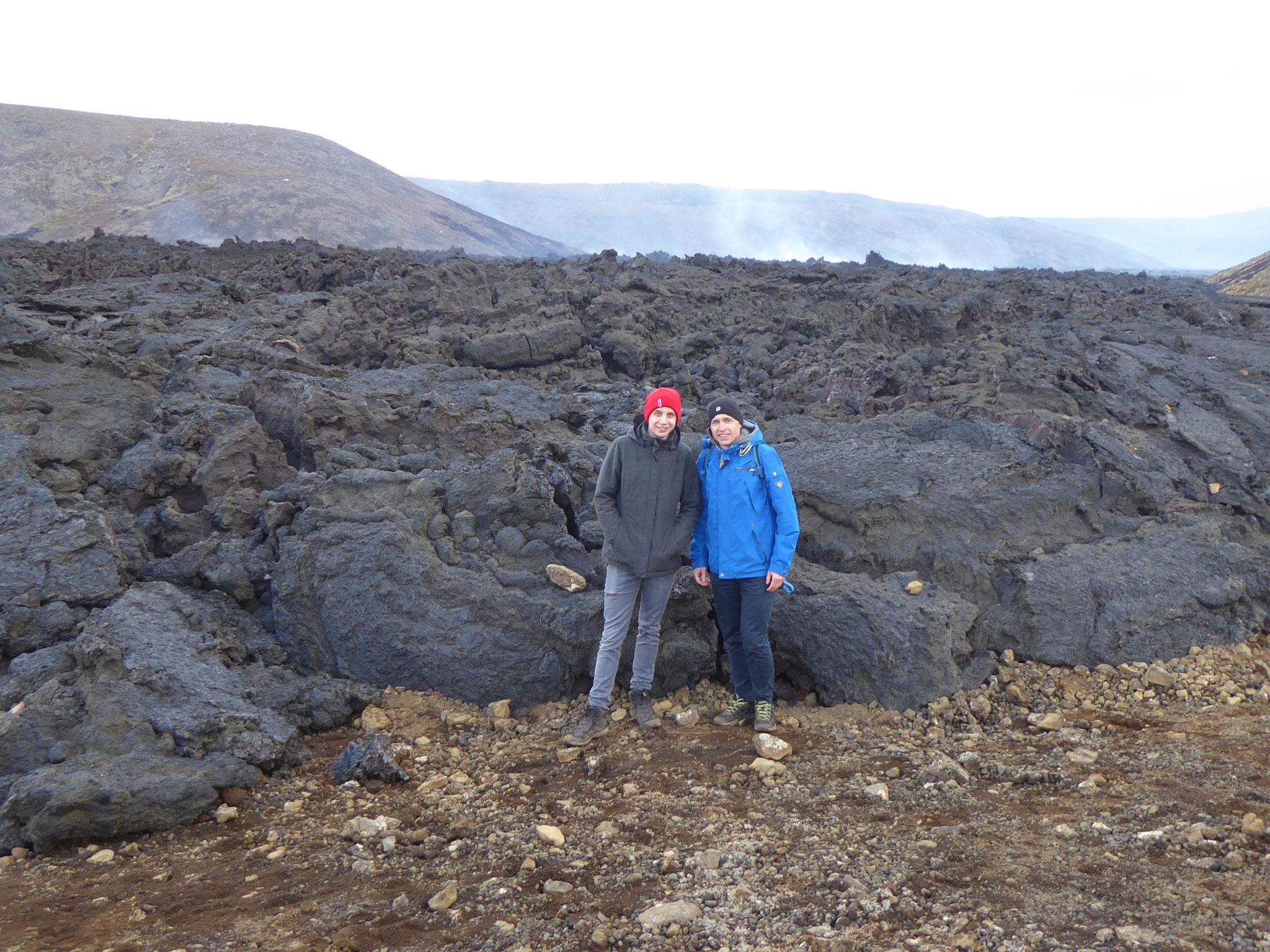 Lorenz und sein Vater bei den Lavafeldern des Fagradalsfjall-Vulkans (Foto: Monika Kießig)