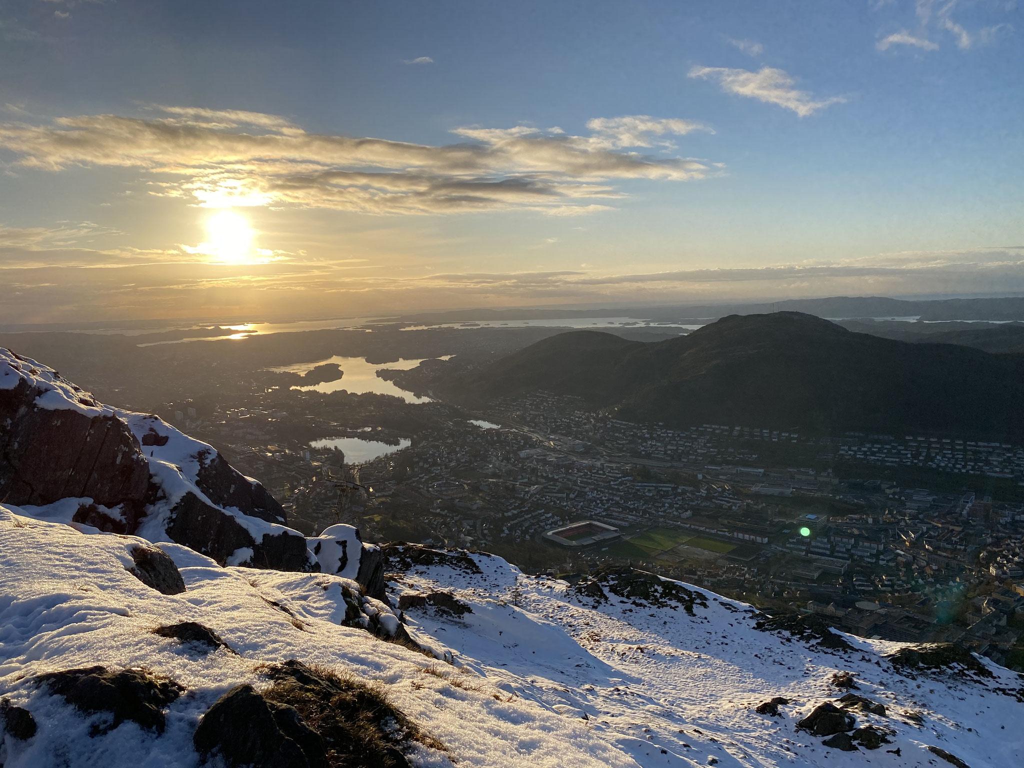 Früher Sonnenuntergang während einer Wanderung in Tromsø