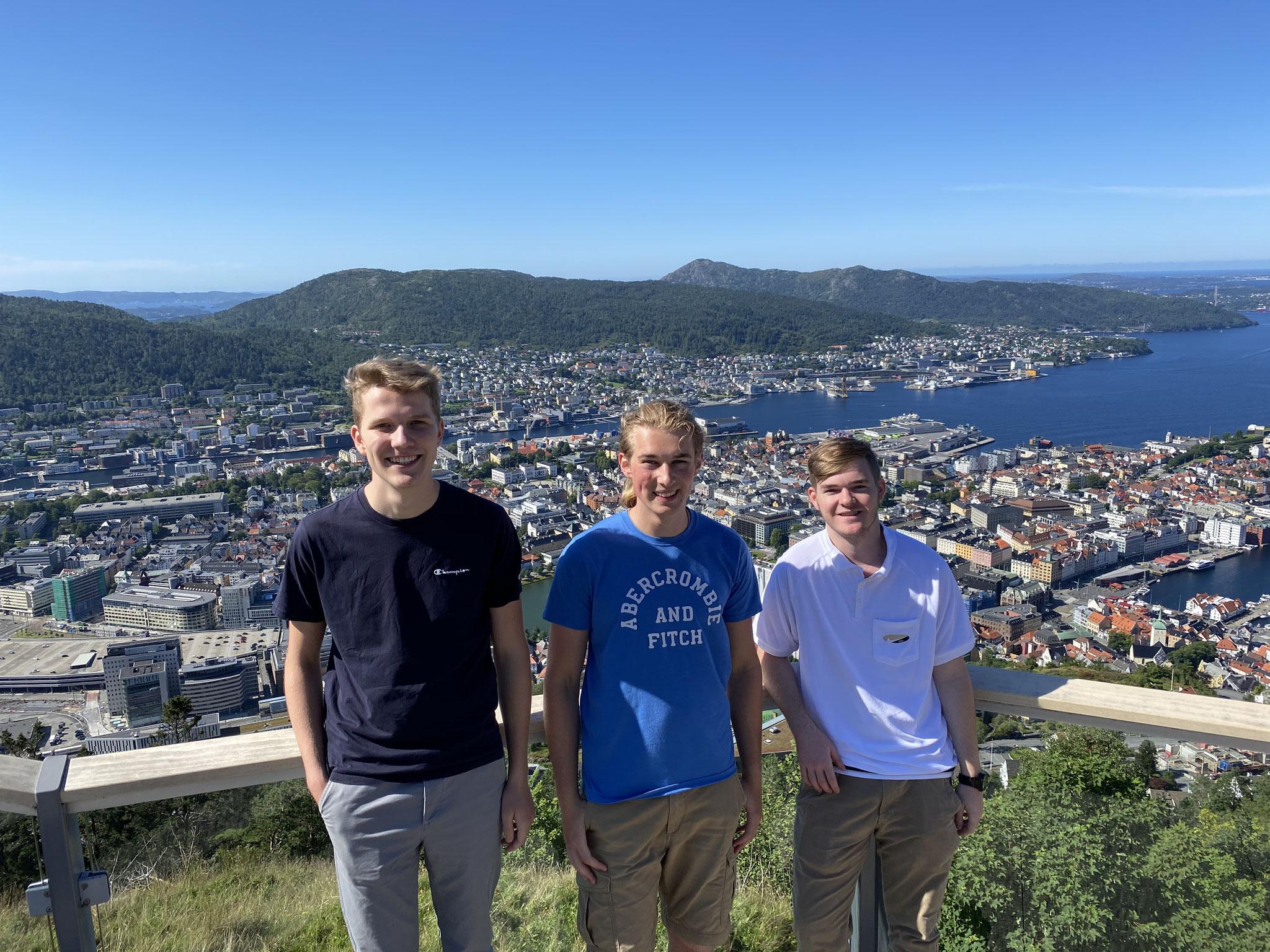 Der erste gemeinsame Tag in Bergen auf dem Berg Fløyen mit Blick auf die Stadt (v.l.: Paul, Jonas und Tim)