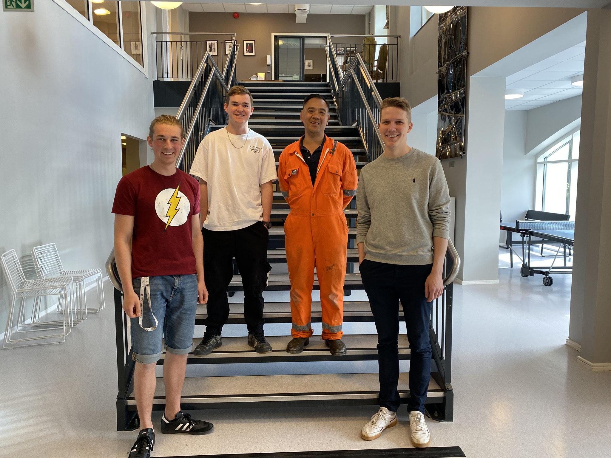 Die Bergen-Praktikanten Jonas, Tim und Paul mit Paul, dem Hausmeister des St. Paul Gymnas.