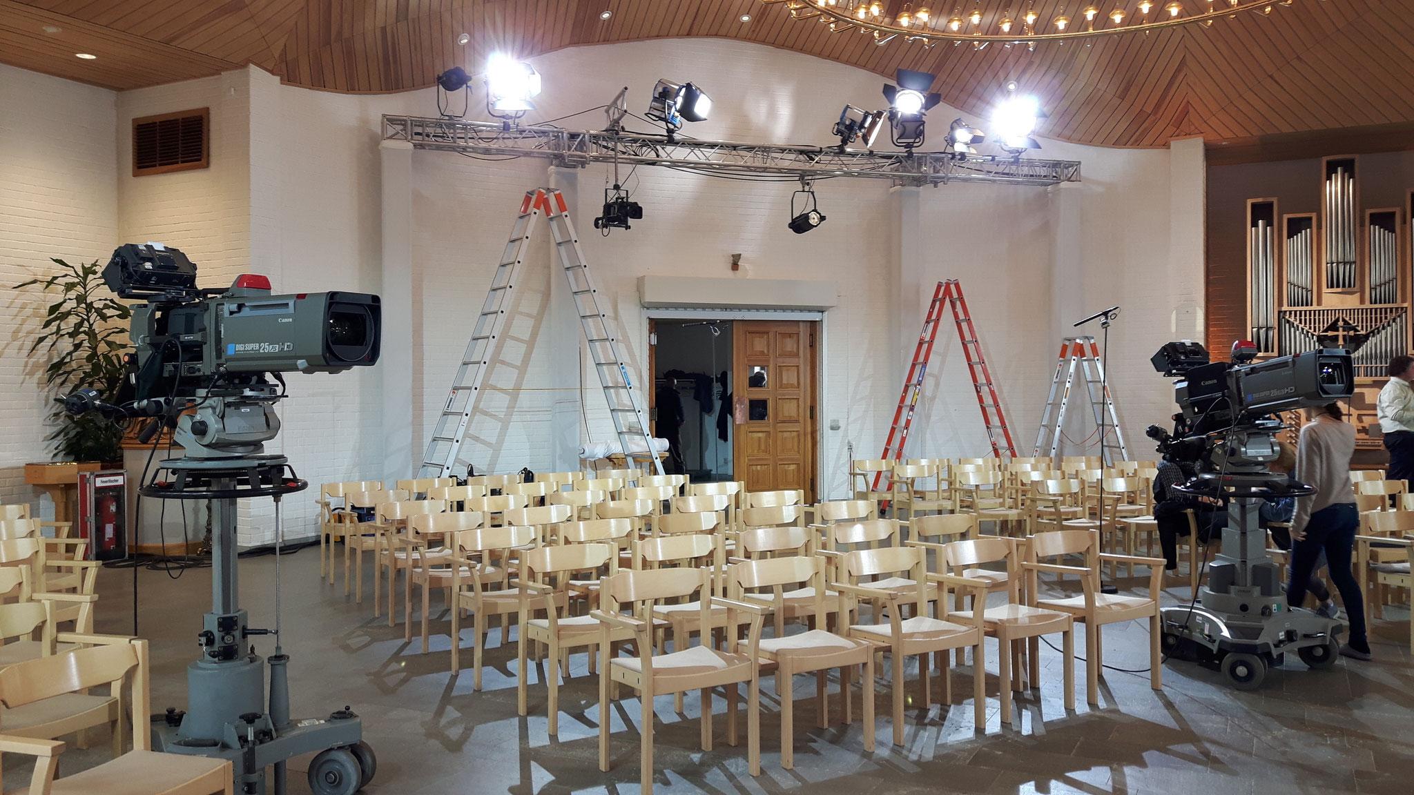Mit Kameras und Lampen ausgestattet ist die Kirche bereit für den Fernsehgottesdienst