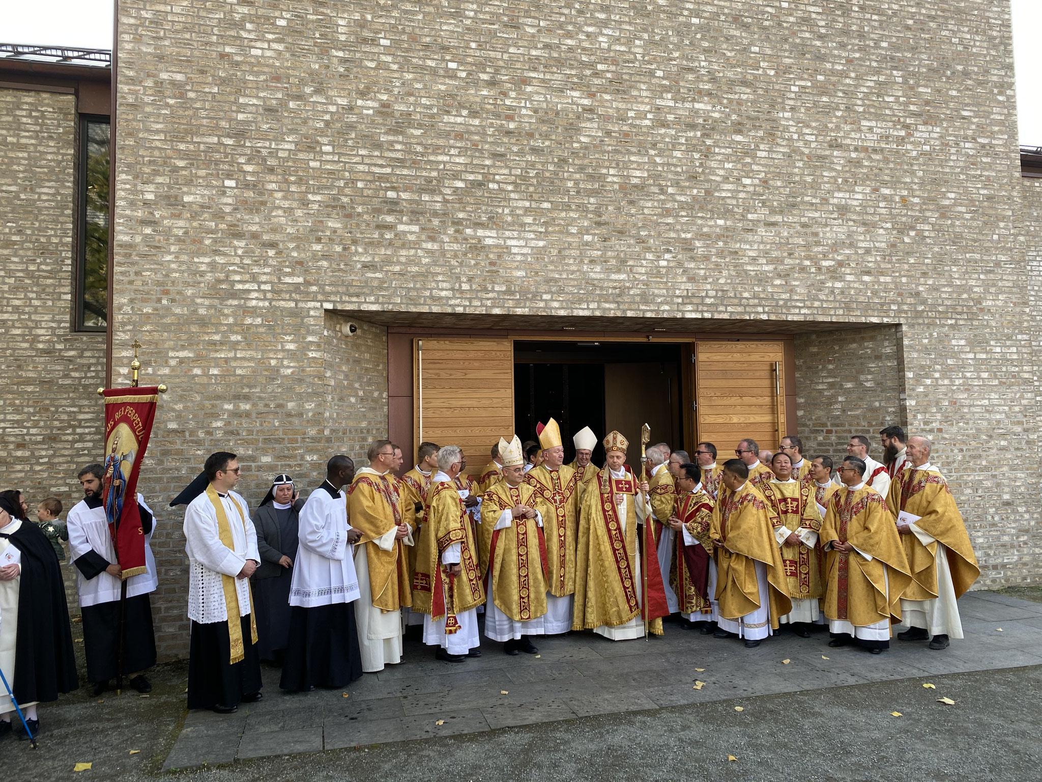 Nach der Messe versammeln sich alle Priester vor der St. Olav-Domkirche um Bischof Erik herum.