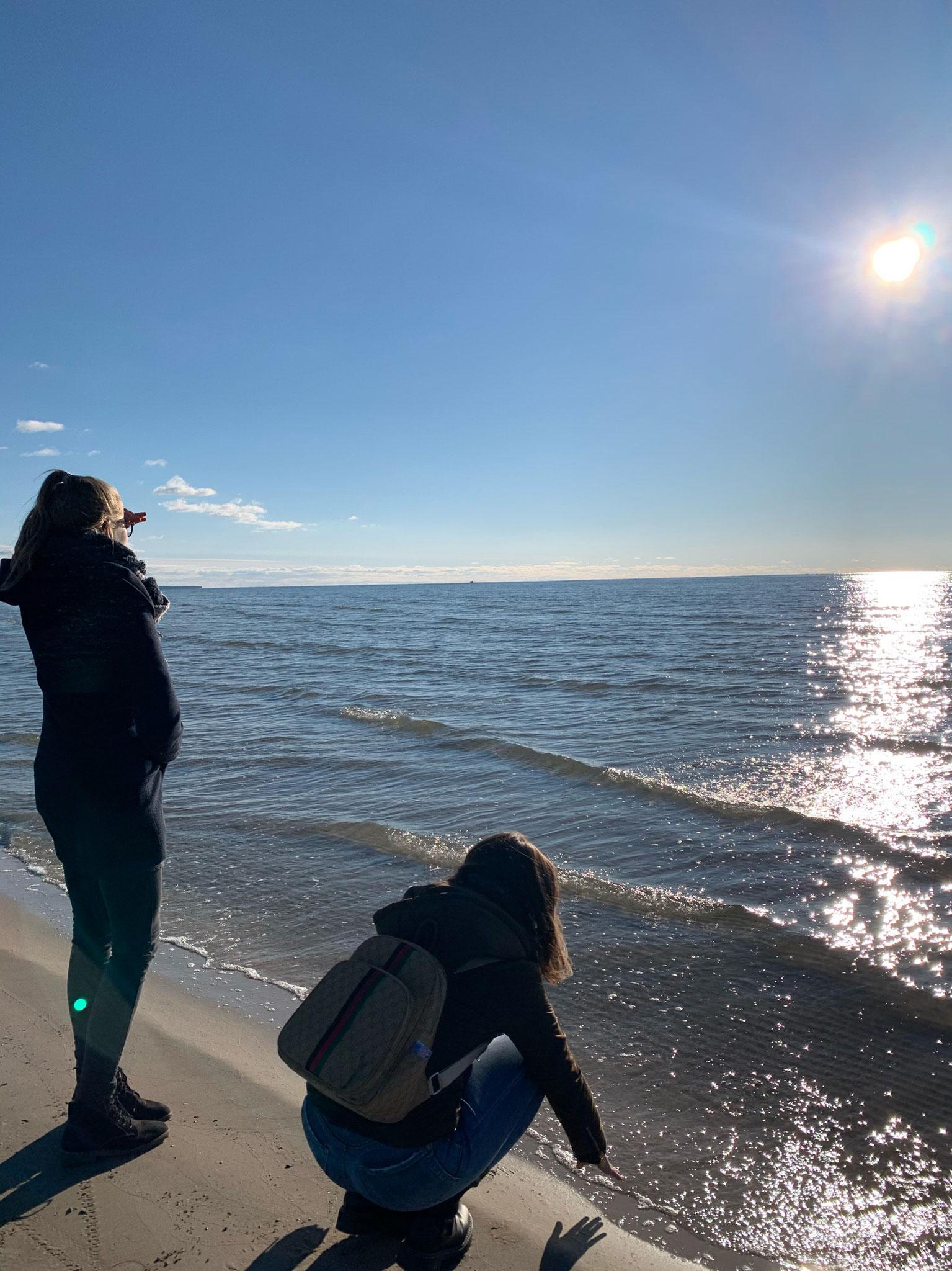 Julia und Eva am Meer