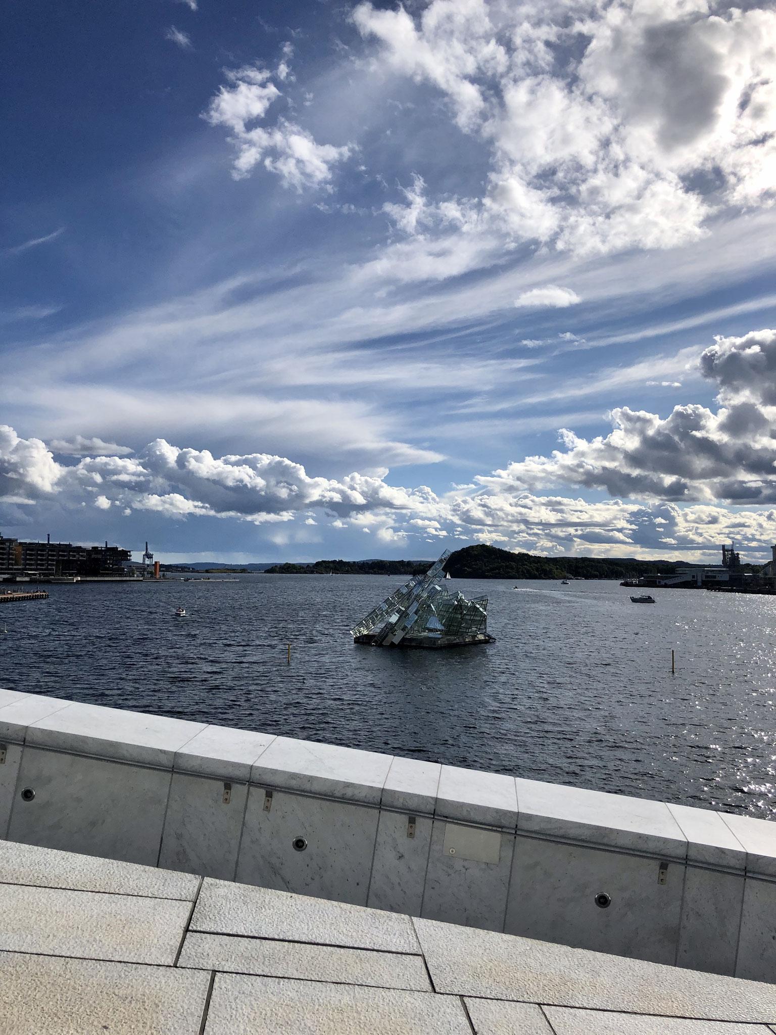Hun Ligger, Skulptur im Oslo Fjord
