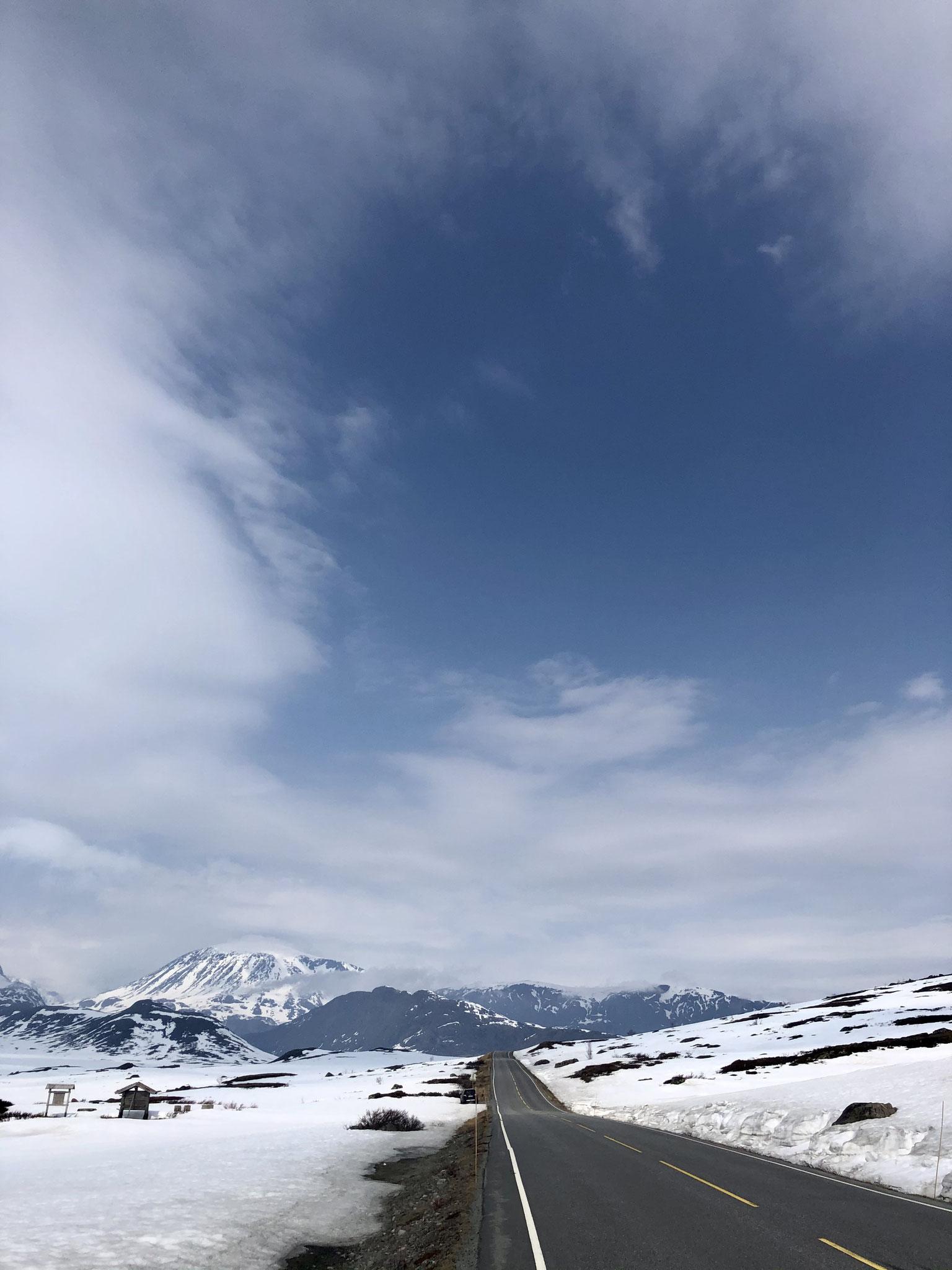Eine Straße mitten durchs Gebirge in Jotunheimen