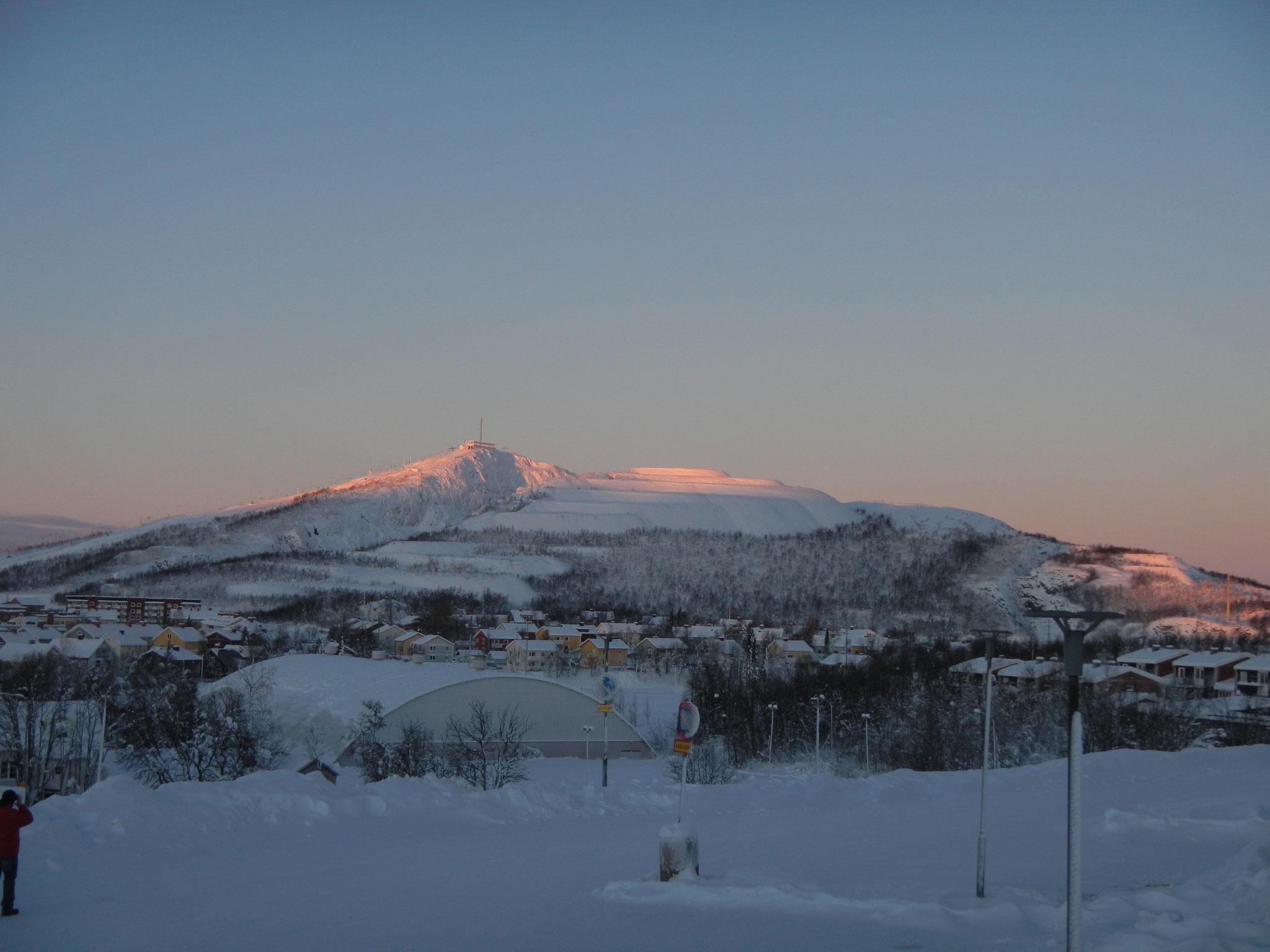 Die Schnee bedeckten Berge Lapplands