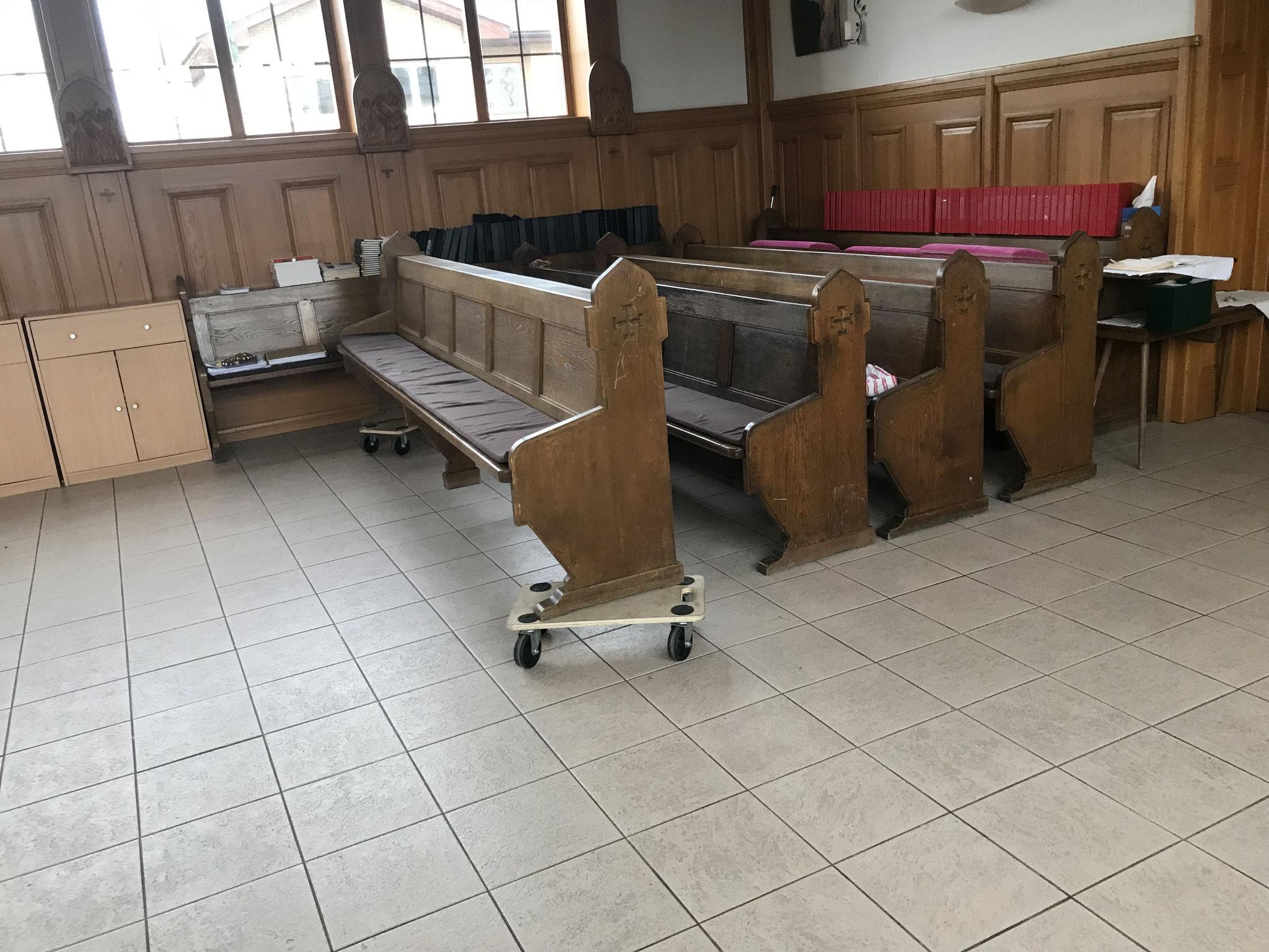 Bänke schieben in der Kapelle