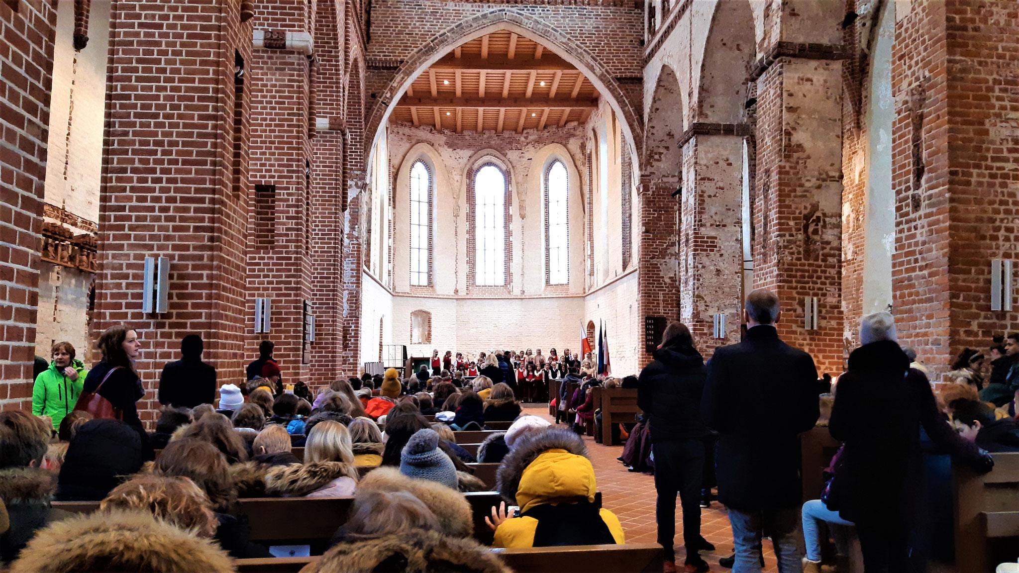 Zum Nationalfeiertag in die Jaani kirik. Unsere katholische Kirche würde mit allen Schüler_Innen aus allen Nähten platzen