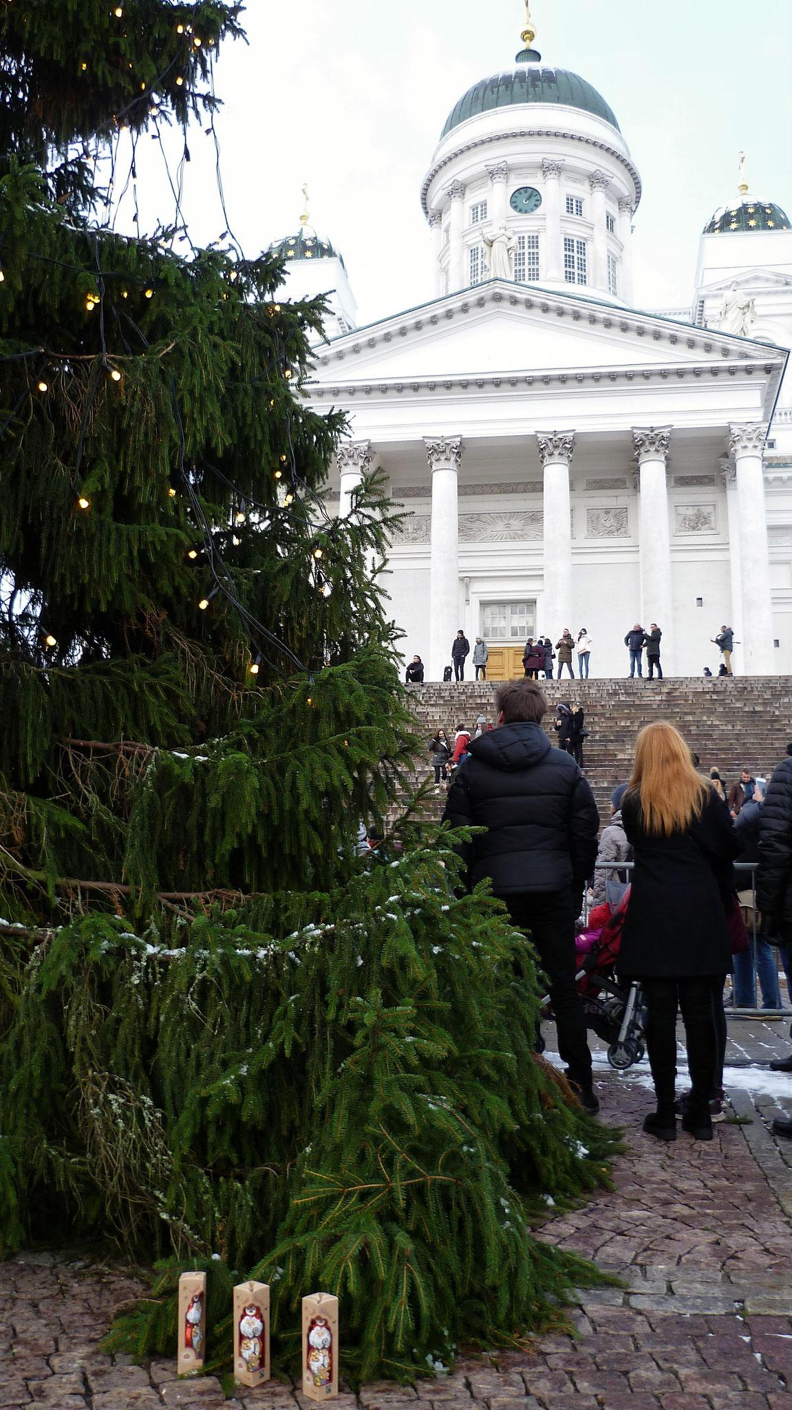 Nikoläuse vor dem Dom in Helsinki