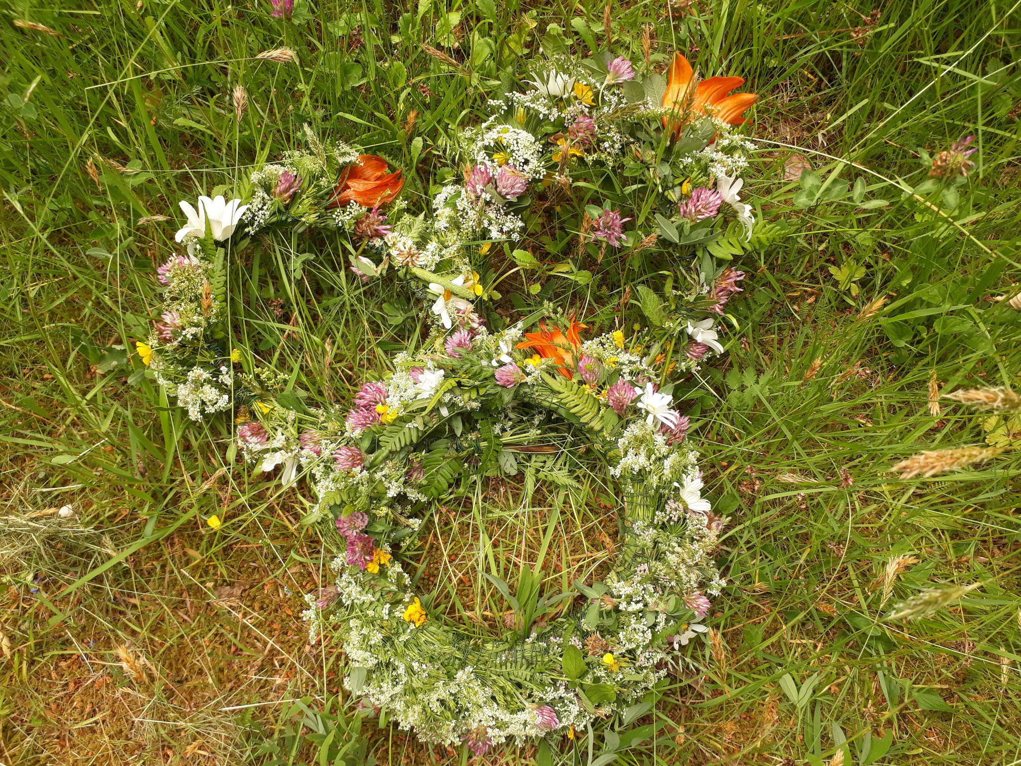 Blumenkränze an Midsommar
