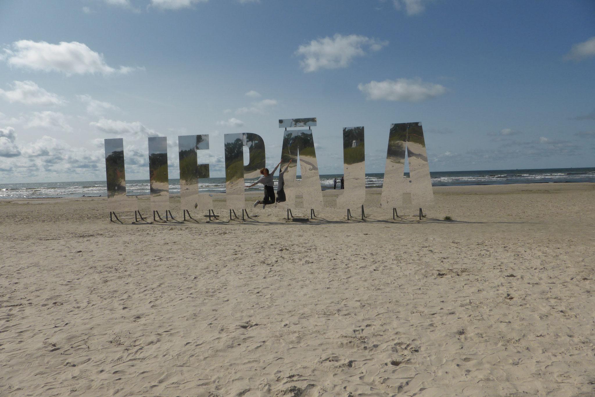 Greta genießt die Tage am Strand von Liepaja