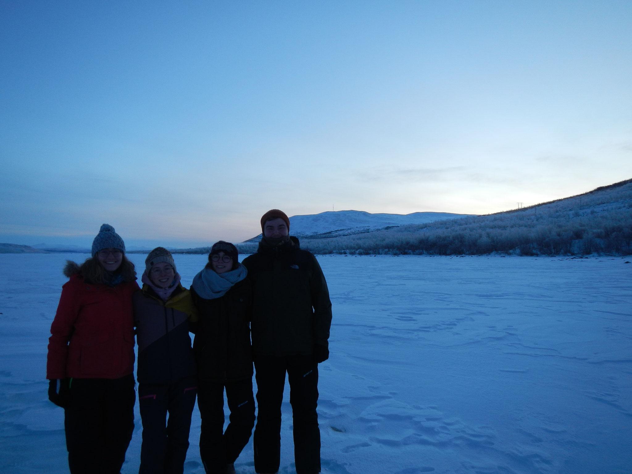 Sonja, Hannah, Clarita und Konrad in der schneebedeckten Landschaft