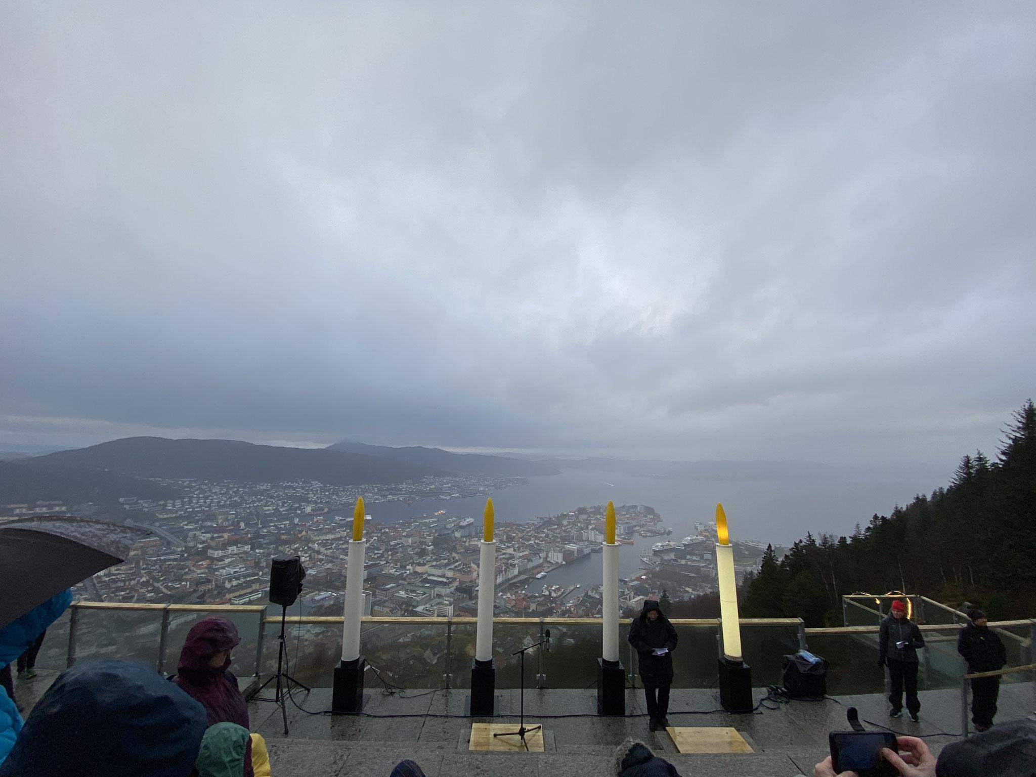 Die erste Kerze leuchtet hoch über der Stadt