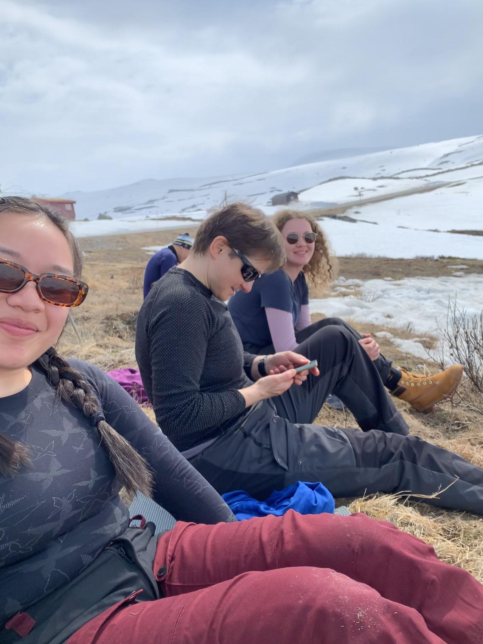 Elske und weitere Freiwillige bei ihrer Wanderung im Gebirge (Foto Elisabeth Nguyen)